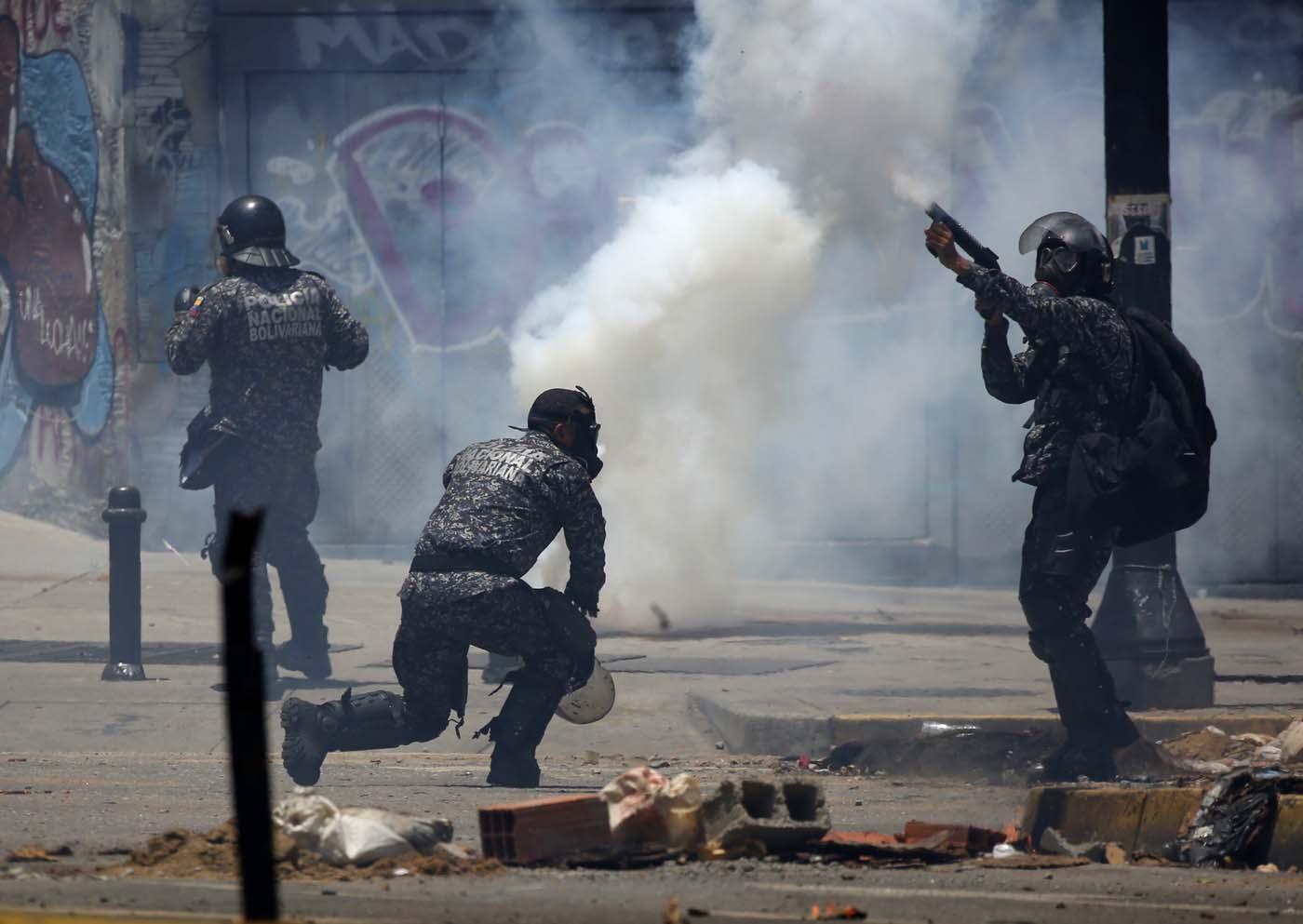 Los miembros de las fuerzas de seguridad disparan latas de gas lacrimógeno después de que estallaron los enfrentamientos mientras se llevaba a cabo la elección de la Asamblea Constituyente en Caracas, Venezuela, el 30 de julio de 2017. REUTERS/Carlos Garcia Rawlins