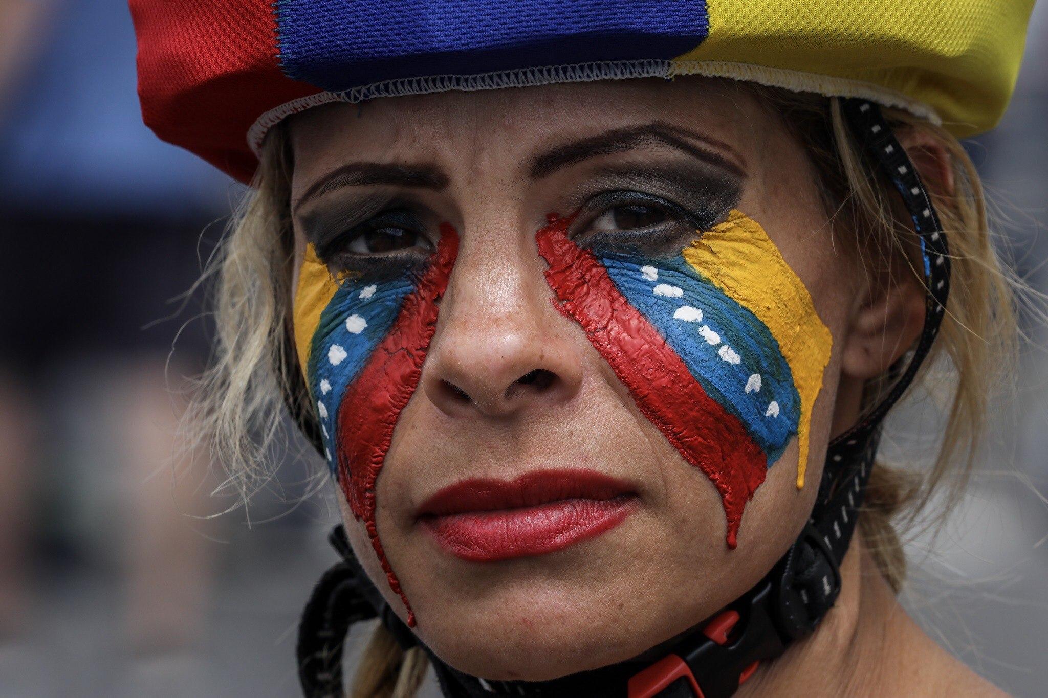 CAR02. CARACAS (VENEZUELA), 01/07/2017.- Manifestantes opositores participan en una marcha hoy, sábado 1 de julio de 2017, en Caracas (Venezuela). La oposición venezolana realiza hoy una concentración en Caracas como protesta contra la solicitud de antejuicio de mérito contra la fiscal de ese país, Luisa Ortega Díaz, que el Tribunal Supremo de Justicia (TSJ) admitió el pasado 20 de junio y con lo que la funcionaria podría ser enjuiciada. La coalición opositora Mesa de la Unidad Democrática (MUD) invitó a las personas a concentrarse en el este de Caracas, específicamente en la autopista Francisco Fajardo, principal arteria vial de la capital, a la altura de Los Ruices. EFE/Miguel Gutiérrez