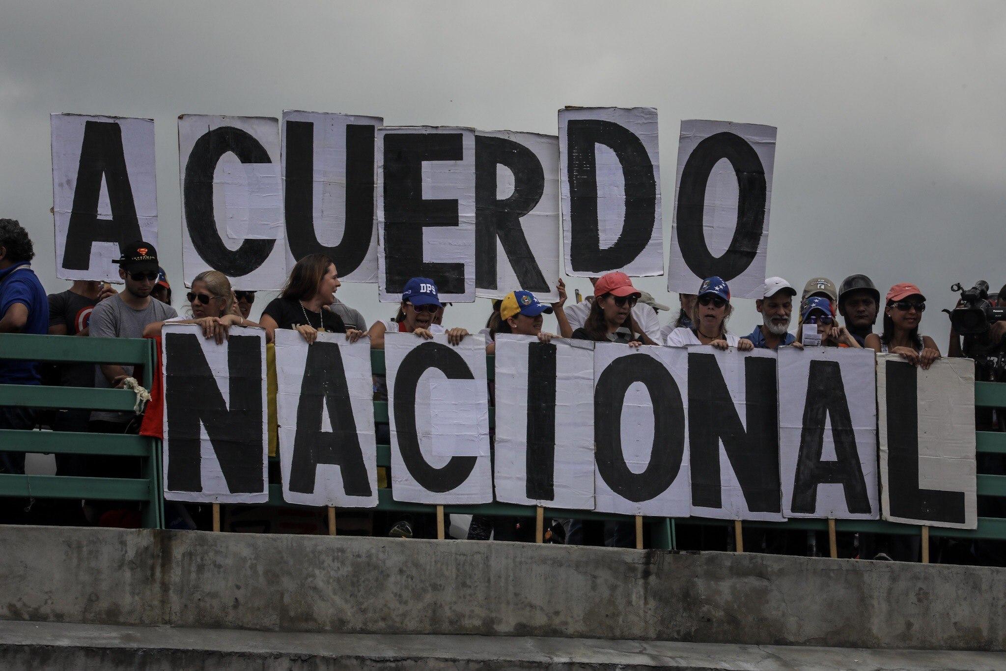 CAR05. CARACAS (VENEZUELA), 01/07/2017.- Manifestantes opositores participan en una marcha hoy, sábado 1 de julio de 2017, en Caracas (Venezuela). La oposición venezolana realiza hoy una concentración en Caracas como protesta contra la solicitud de antejuicio de mérito contra la fiscal de ese país, Luisa Ortega Díaz, que el Tribunal Supremo de Justicia (TSJ) admitió el pasado 20 de junio y con lo que la funcionaria podría ser enjuiciada. La coalición opositora Mesa de la Unidad Democrática (MUD) invitó a las personas a concentrarse en el este de Caracas, específicamente en la autopista Francisco Fajardo, principal arteria vial de la capital, a la altura de Los Ruices. EFE/Miguel Gutiérrez
