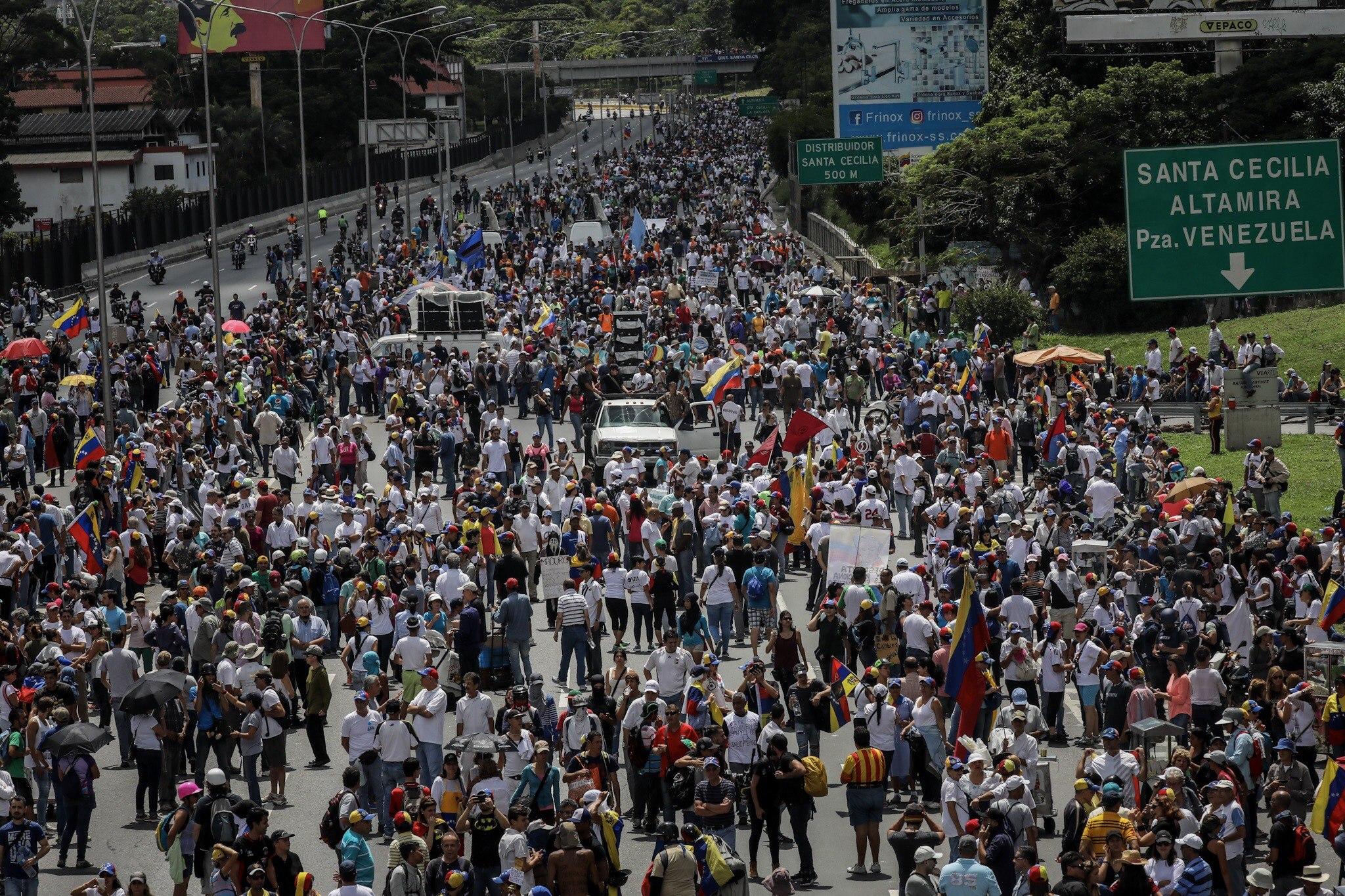 CAR06. CARACAS (VENEZUELA), 01/07/2017.- Manifestantes opositores participan en una marcha hoy, sábado 1 de julio de 2017, en Caracas (Venezuela). La oposición venezolana realiza hoy una concentración en Caracas como protesta contra la solicitud de antejuicio de mérito contra la fiscal de ese país, Luisa Ortega Díaz, que el Tribunal Supremo de Justicia (TSJ) admitió el pasado 20 de junio y con lo que la funcionaria podría ser enjuiciada. La coalición opositora Mesa de la Unidad Democrática (MUD) invitó a las personas a concentrarse en el este de Caracas, específicamente en la autopista Francisco Fajardo, principal arteria vial de la capital, a la altura de Los Ruices. EFE/Miguel Gutiérrez