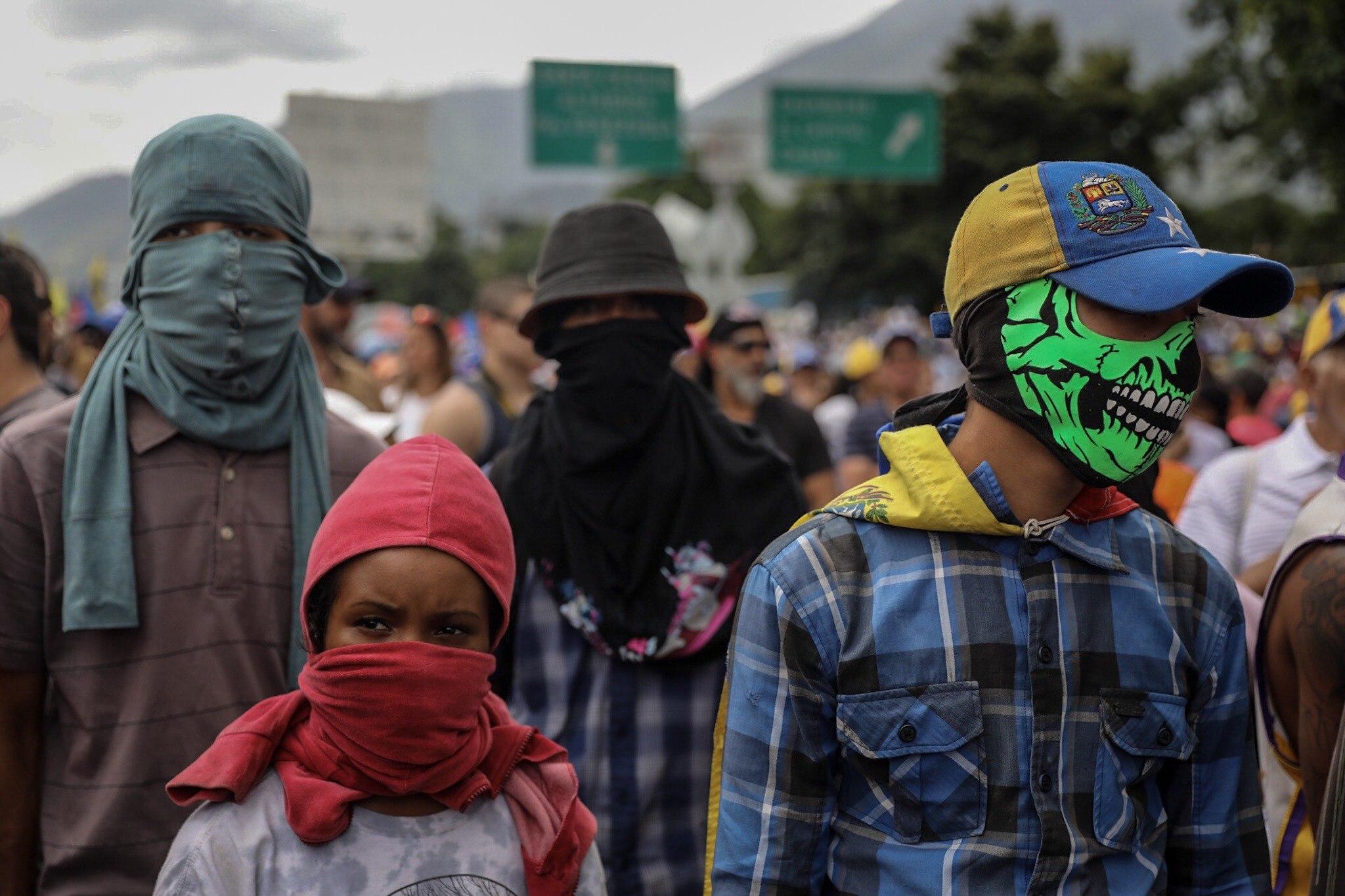 CAR09. CARACAS (VENEZUELA), 01/07/2017.- Manifestantes opositores participan en una marcha hoy, sábado 1 de julio de 2017, en Caracas (Venezuela). La oposición venezolana realiza hoy una concentración en Caracas como protesta contra la solicitud de antejuicio de mérito contra la fiscal de ese país, Luisa Ortega Díaz, que el Tribunal Supremo de Justicia (TSJ) admitió el pasado 20 de junio y con lo que la funcionaria podría ser enjuiciada. La coalición opositora Mesa de la Unidad Democrática (MUD) invitó a las personas a concentrarse en el este de Caracas, específicamente en la autopista Francisco Fajardo, principal arteria vial de la capital, a la altura de Los Ruices. EFE/Miguel Gutiérrez