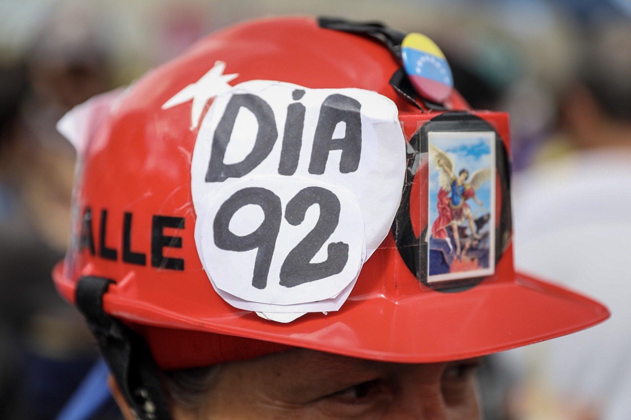 CAR10. CARACAS (VENEZUELA), 01/07/2017.- Manifestantes opositores participan en una marcha hoy, sábado 1 de julio de 2017, en Caracas (Venezuela). La oposición venezolana realiza hoy una concentración en Caracas como protesta contra la solicitud de antejuicio de mérito contra la fiscal de ese país, Luisa Ortega Díaz, que el Tribunal Supremo de Justicia (TSJ) admitió el pasado 20 de junio y con lo que la funcionaria podría ser enjuiciada. La coalición opositora Mesa de la Unidad Democrática (MUD) invitó a las personas a concentrarse en el este de Caracas, específicamente en la autopista Francisco Fajardo, principal arteria vial de la capital, a la altura de Los Ruices. EFE/Miguel Gutiérrez
