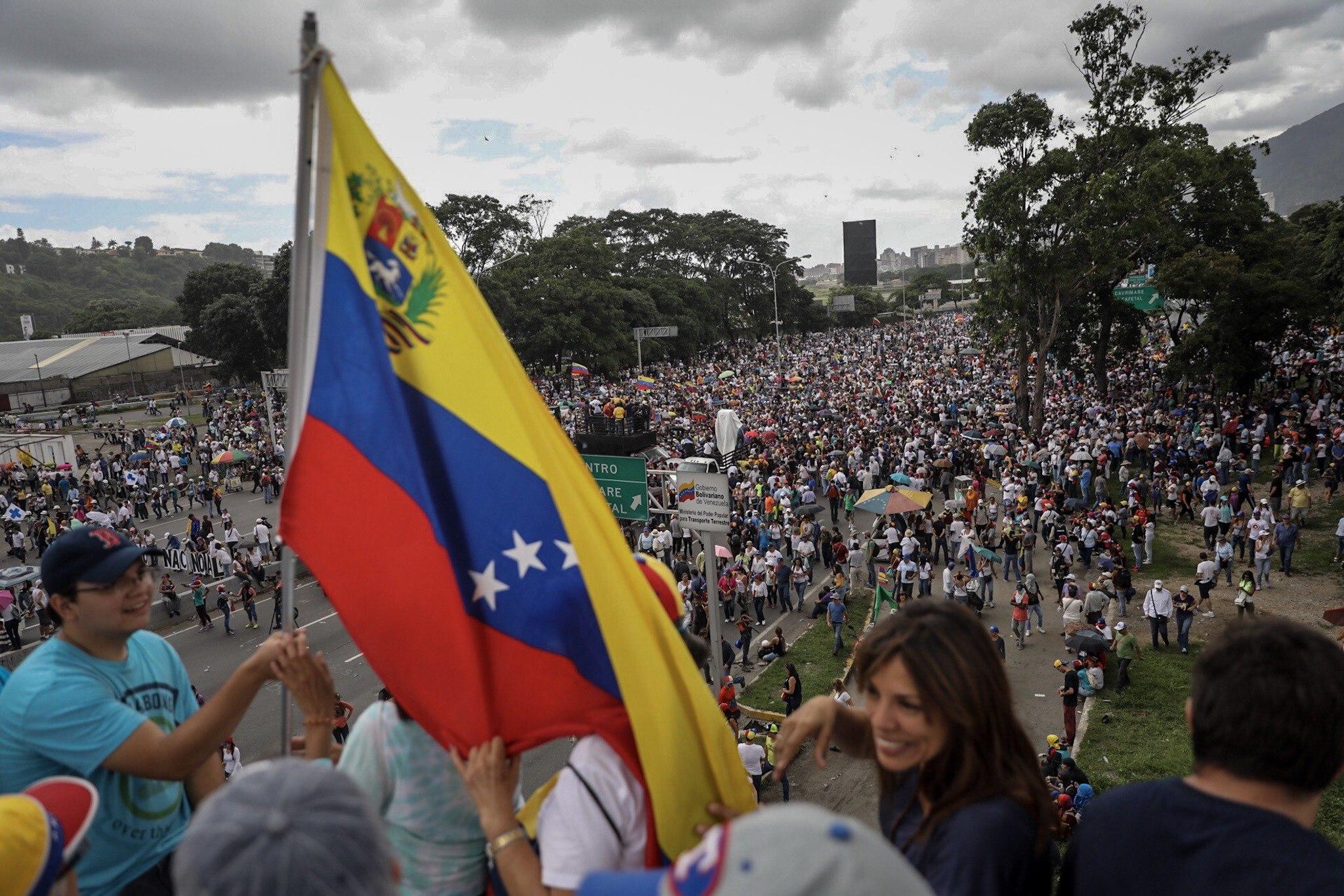 CAR12. CARACAS (VENEZUELA), 01/07/2017.- Manifestantes opositores participan en una marcha hoy, sábado 1 de julio de 2017, en Caracas (Venezuela). La oposición venezolana realiza hoy una concentración en Caracas como protesta contra la solicitud de antejuicio de mérito contra la fiscal de ese país, Luisa Ortega Díaz, que el Tribunal Supremo de Justicia (TSJ) admitió el pasado 20 de junio y con lo que la funcionaria podría ser enjuiciada. La coalición opositora Mesa de la Unidad Democrática (MUD) invitó a las personas a concentrarse en el este de Caracas, específicamente en la autopista Francisco Fajardo, principal arteria vial de la capital, a la altura de Los Ruices. EFE/Miguel Gutiérrez
