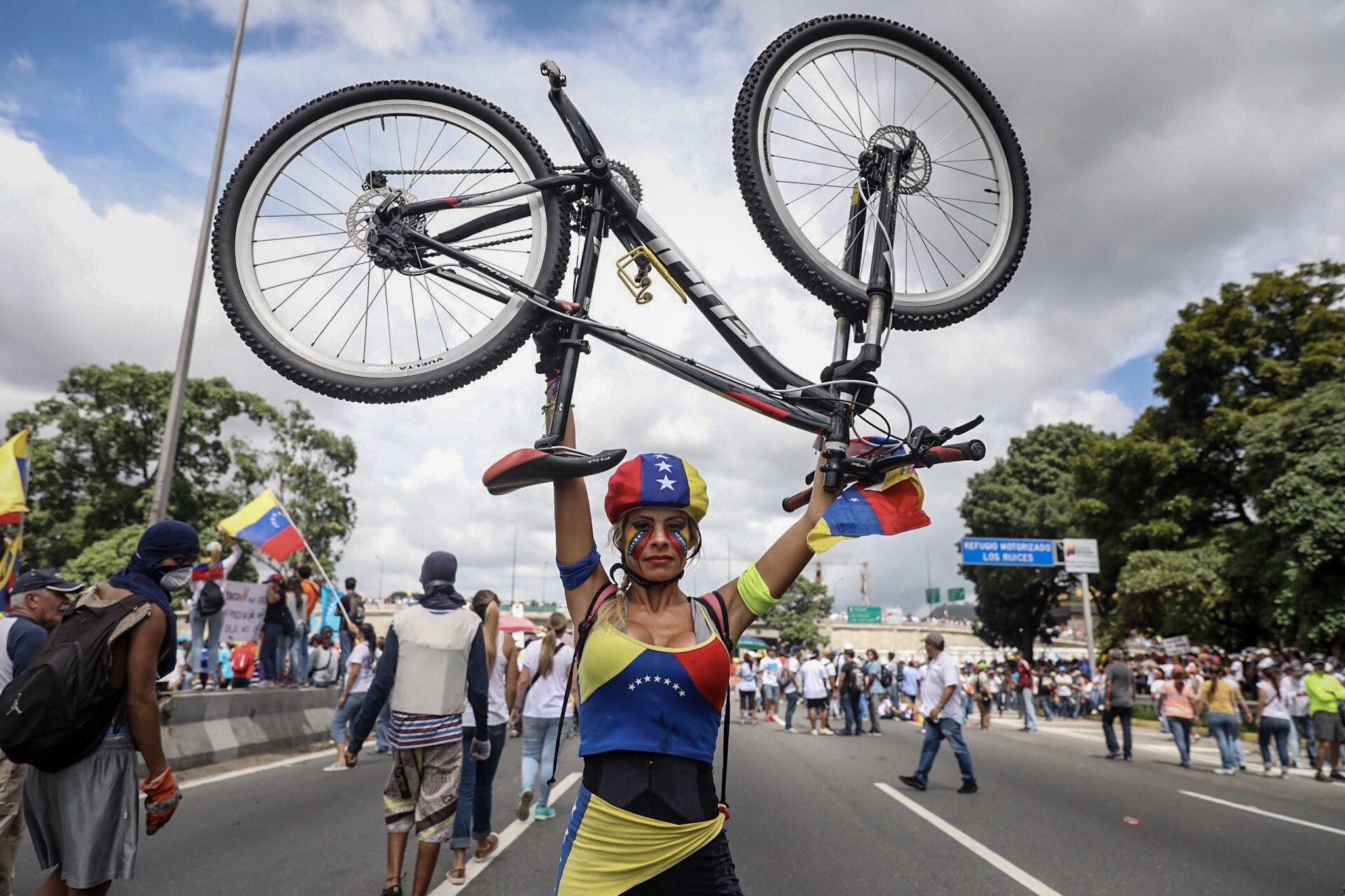 CAR14. CARACAS (VENEZUELA), 01/07/2017.- Manifestantes opositores participan en una marcha hoy, sábado 1 de julio de 2017, en Caracas (Venezuela). La oposición venezolana realiza hoy una concentración en Caracas como protesta contra la solicitud de antejuicio de mérito contra la fiscal de ese país, Luisa Ortega Díaz, que el Tribunal Supremo de Justicia (TSJ) admitió el pasado 20 de junio y con lo que la funcionaria podría ser enjuiciada. La coalición opositora Mesa de la Unidad Democrática (MUD) invitó a las personas a concentrarse en el este de Caracas, específicamente en la autopista Francisco Fajardo, principal arteria vial de la capital, a la altura de Los Ruices. EFE/Miguel Gutiérrez