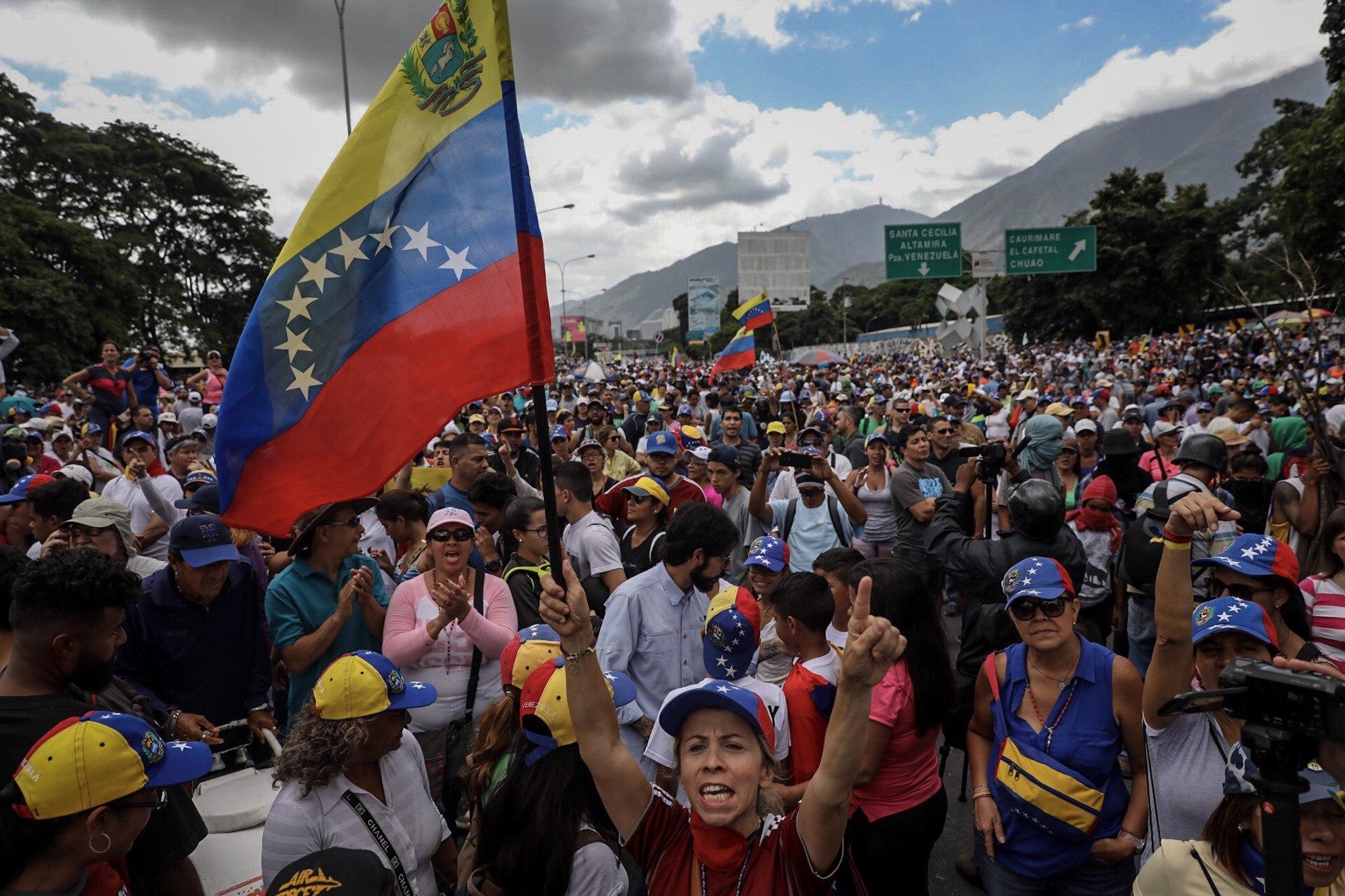 CAR16. CARACAS (VENEZUELA), 01/07/2017.- Manifestantes opositores participan en una marcha hoy, sábado 1 de julio de 2017, en Caracas (Venezuela). La oposición venezolana realiza hoy una concentración en Caracas como protesta contra la solicitud de antejuicio de mérito contra la fiscal de ese país, Luisa Ortega Díaz, que el Tribunal Supremo de Justicia (TSJ) admitió el pasado 20 de junio y con lo que la funcionaria podría ser enjuiciada. La coalición opositora Mesa de la Unidad Democrática (MUD) invitó a las personas a concentrarse en el este de Caracas, específicamente en la autopista Francisco Fajardo, principal arteria vial de la capital, a la altura de Los Ruices. EFE/Miguel Gutiérrez
