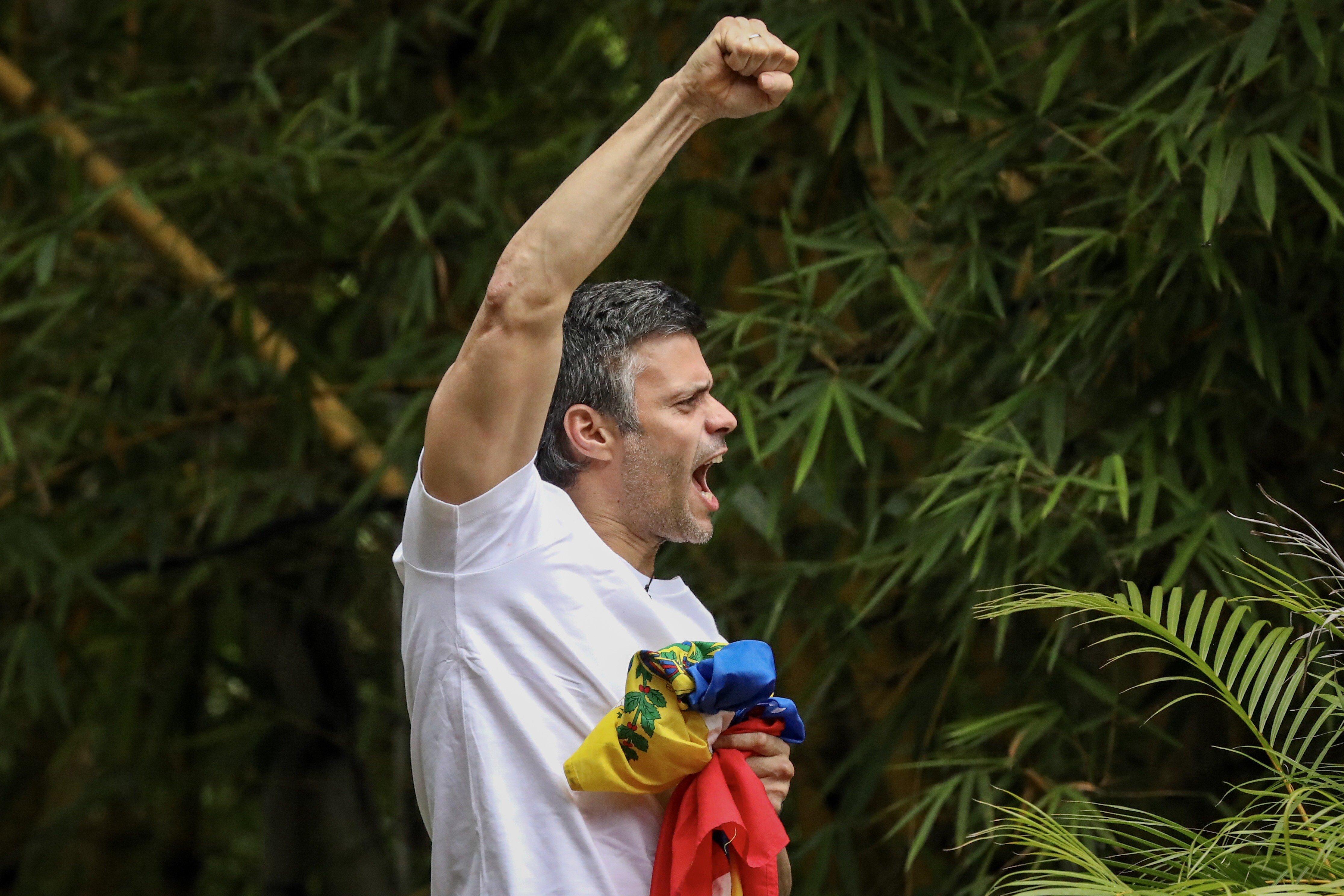 CAR30. CARACAS (VENEZUELA), 08/07/2017.- El opositor venezolano Leopoldo López saluda a seguidores hoy, sábado 8 de julio de 2017, en la entrada de su casa en Caracas (Venezuela). Leopoldo López saludó hoy desde dentro de su residencia en Caracas a la que llegó esta madrugada tras recibir una medida de arresto domiciliario que le sacó de la prisión militar en la que estaba recluido desde febrero de 2014, con una condena de 14 años de cárcel. EFE/MIGUEL GUTIÉRREZ