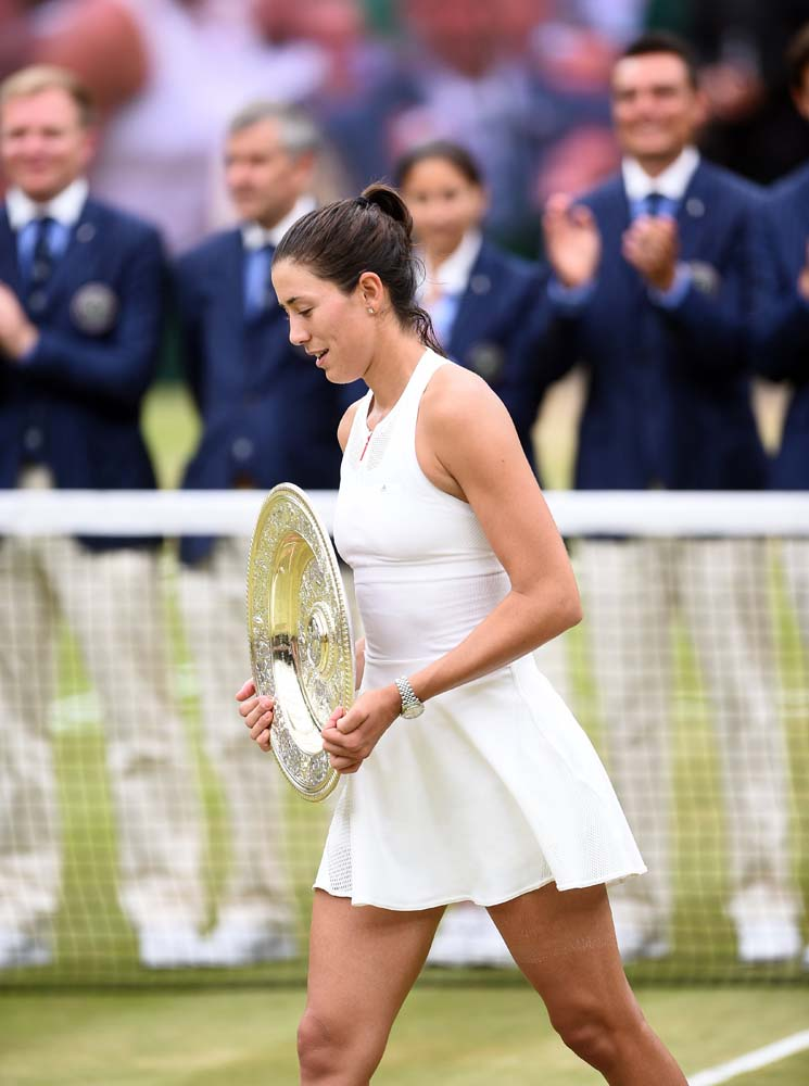 Wimbledon (United Kingdom), 15/07/2017.- Garbine Muguruza of Spain with the championship trophy as she celebrates her victory over Venus Williams of the US in the women's final of the Wimbledon Championships at the All England Lawn Tennis Club, in London, Britain, 15 July 2017. (España, Londres, Tenis) EFE/EPA/GERRY PENNY EDITORIAL USE ONLY/NO COMMERCIAL SALES