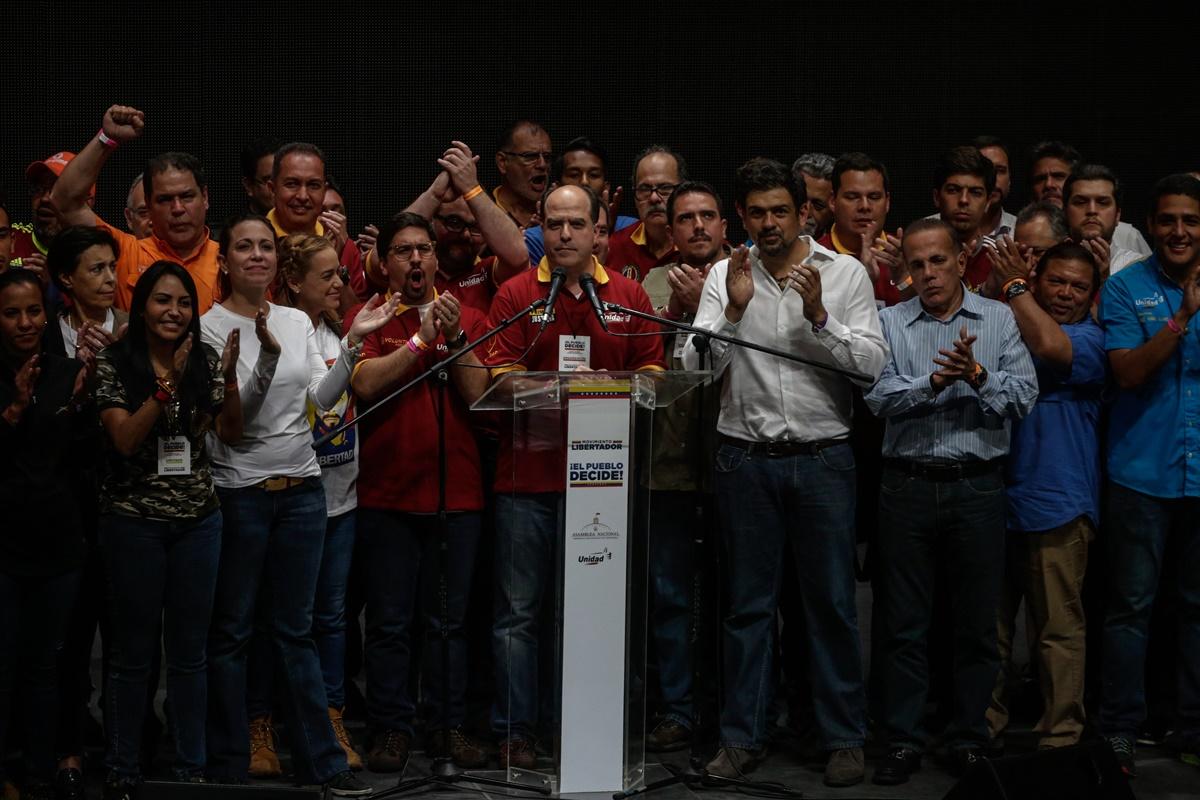"""CAR10. CARACAS (VENEZUELA), 16/07/2017.- El presidente de la Asamblea Nacional, el diputado Julio Borges (c), acompañado por diputados y dirigentes de la Mesa de la Unidad (MUD) entre los que se encuentran el vicepresidente de la Asamblea Freddy Guevara (c-d) y Lilian Tintori (4i), esposa del líder opositor Leopoldo López, habla durante una conferencia tras conocer los resultados de la consulta opositora de hoy, domingo 16 de julio de 2017, en Caracas (Venezuela). Borges dijo hoy que el hecho de que la oposición haya conseguido casi siete millones de votos a favor de su propuesta en el plebiscito contra el Gobierno deja al presidente del país, Nicolás Maduro, prácticamente """"revocado"""". """"Con los votos que hoy manifestó el pueblo venezolano matemáticamente Nicolás Maduro está revocado el día de hoy, ese era el miedo que se le tenía al referendo revocatorio y por eso se impidió, por eso el Gobierno no quiere hacer elecciones más nunca"""", dijo a la prensa Borges tras conocerse los resultados electorales. EFE/Cristian Hernandez"""