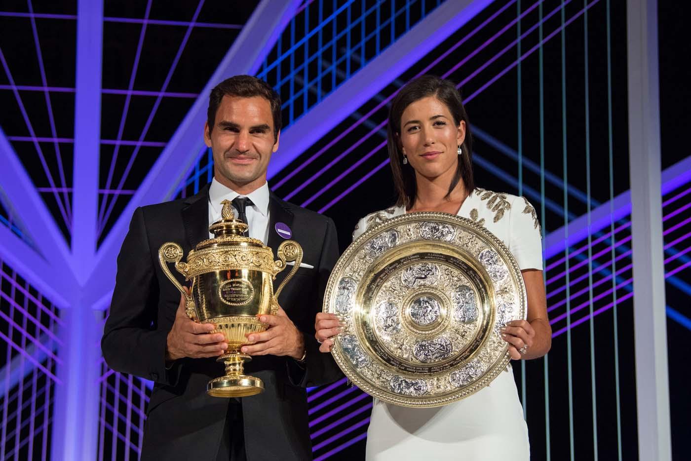 VTM003 LONDRES (REINO UNIDO), 17/07/2017.- Fotogafía cedida por el All England Lawn Tennis Cub (AELTC), con fecha del 16 de julio del 2017, y publicada hoy, 17 de julio del 2017, que muestra al tenista suizo Roger Federer (i) y a la tenista española Garbiñe Muguruza mientras posan con sus trofeos de Wimbleon en Londres (Reino Unido). EFE/AELTC / ROBERT MARTIN/SÓLO USO EDITORIAL/PROHIBIDO SU USO COMERCIAL