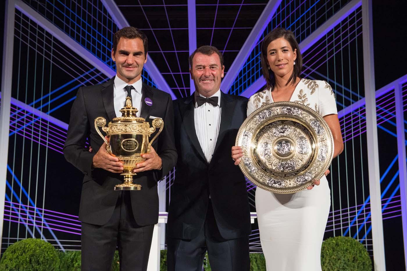 VTM009 LONDRES (REINO UNIDO), 17/07/2017.- Fotogafía cedida por el All England Lawn Tennis Club (AELTC), con fecha del 16 de julio del 2017, y publicada hoy, 17 de julio del 2017, que muestra al tenista suizo Roger Federer (i) y a la tenista española Garbiñe Muguruza (d) mientras posan con sus trofeos de Wimbleon acompañados por el presidente del club de tenis inglés, Philip Brook (c), en Londres (Reino Unido). EFE/AELTC / ROBERT MARTIN/SÓLO USO EDITORIAL/PROHIBIDO SU USO COMERCIAL