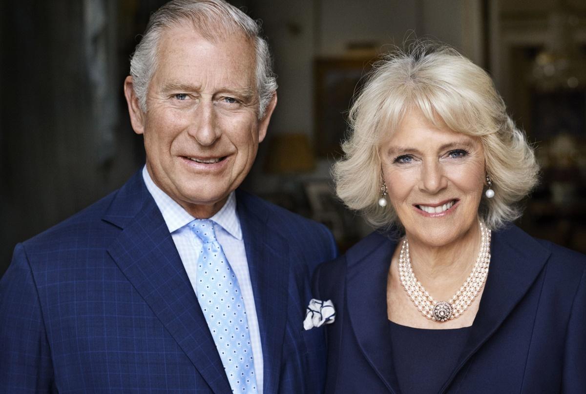 RY01 LONDRES (REINO UNIDO) 17/07/2017.- El príncipe de Gales Carlos y su esposa, Camilla Parker-Bowles, duquesa de Cornualles, posan para Mario Testino en la sala de desayuno de la Clarence House, Londres (Reino Unido), el pasado mes de mayo de 2017, con motivo del 70 aniversario de la duquesa. EFE/Mario Testino-Clarence House ***PROHIBIDO SU USO DESPUÉS DEL 23 DE JULIO: NO REDIFUSIÓN (Incluido cualquier uso comercial, publicidad, o cualquier uso no editorial, como libros, calendarios o suplementos). Cedida con la condición de que no se cobre ninguna tarifa por su distribución o publicación y que se comuniquen estas condiciones a cualquier organización a la que se vaya a distribuir. Esta fotografía no debe ser editada digitalmente, manipulada o modificada una vez publicada. Cualquier uso de ella fuera de estos términos debe ser aclarado por Clarence House, que se reserva el derecho a declinar la petición. EFE/Mario Testino / Clarence House FOTO CEDIDA/SOLO USO EDITRIAL/NO VENTAS