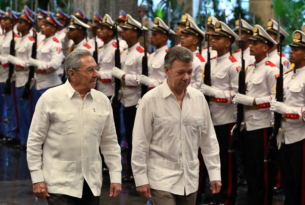 HAB17. LA HABANA (CUBA), 17/07/2017.- El presidente de Cuba, Raúl Castro (i) y el presidente de Colombia, Juan Manuel Santos (d), pasan revista a las tropas formadas para la ceremonia oficial de recibimiento hoy, lunes 17 de julio de 2017, en el Palacio de la Revolución de La Habana (Cuba). Santos arribó la noche del domingo a Cuba para comenzar hoy una visita oficial que busca relanzar la relación bilateral haciendo énfasis en los temas económicos, informó una fuente oficial. EFE/Alejandro Ernesto