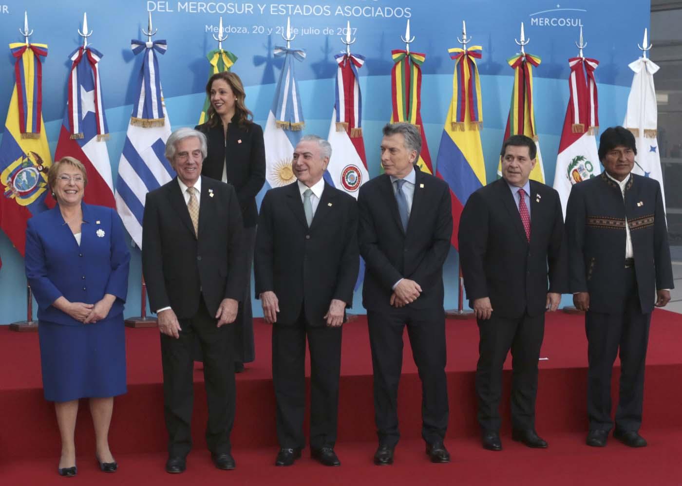 ARG17. MENDOZA (ARGENTINA), 21/07/2017.- De izquierda a derecha: la presidenta de Chile, Michelle Bachelet; el presidente de Uruguay, Tabaré Vázquez; el presidente de Brasil, Michel Temer; el presidente de Argentina, Mauricio Macri; el presidente de Paraguay, Horacio Cartes y el presidente de Bolivia, Evo Morales, participan en la cumbre semestral de jefes de Estado del Mercado Común del Sur (Mercosur) hoy, viernes 21 de julio de 2017, en Mendoza (Argentina). La Organización de Naciones Unidas para la Alimentación y la Agricultura (FAO) y el Mercado Común del Sur (Mercosur) acordaron hoy impulsar acciones para erradicar el hambre, la malnutrición y la pobreza rural, y proteger al sector agrícola en los países del bloque suramericano. EFE/Alberto Ortiz