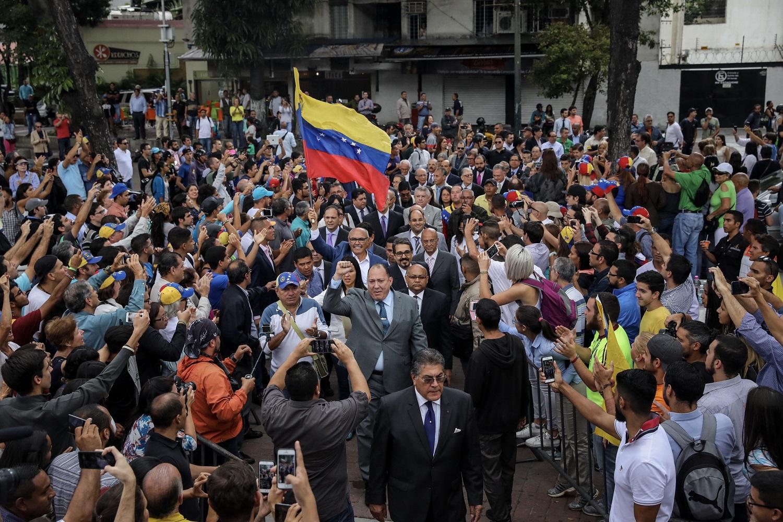 Simpatizantes asisten a una sesión de la Asamblea Nacional de Venezuela hoy, viernes 21 de julio de 2017, en Caracas (Venezuela). El Parlamento venezolano, de mayoría opositora, eligió hoy a 33 nuevos magistrados del Tribunal Supremo de Justicia (TSJ), en una decisión no reconocida por el Gobierno y por los jueces en ejercicio de esta alta corte cuya legitimidad ha dejado de reconocer la Cámara. EFE/Miguel Gutiérrez