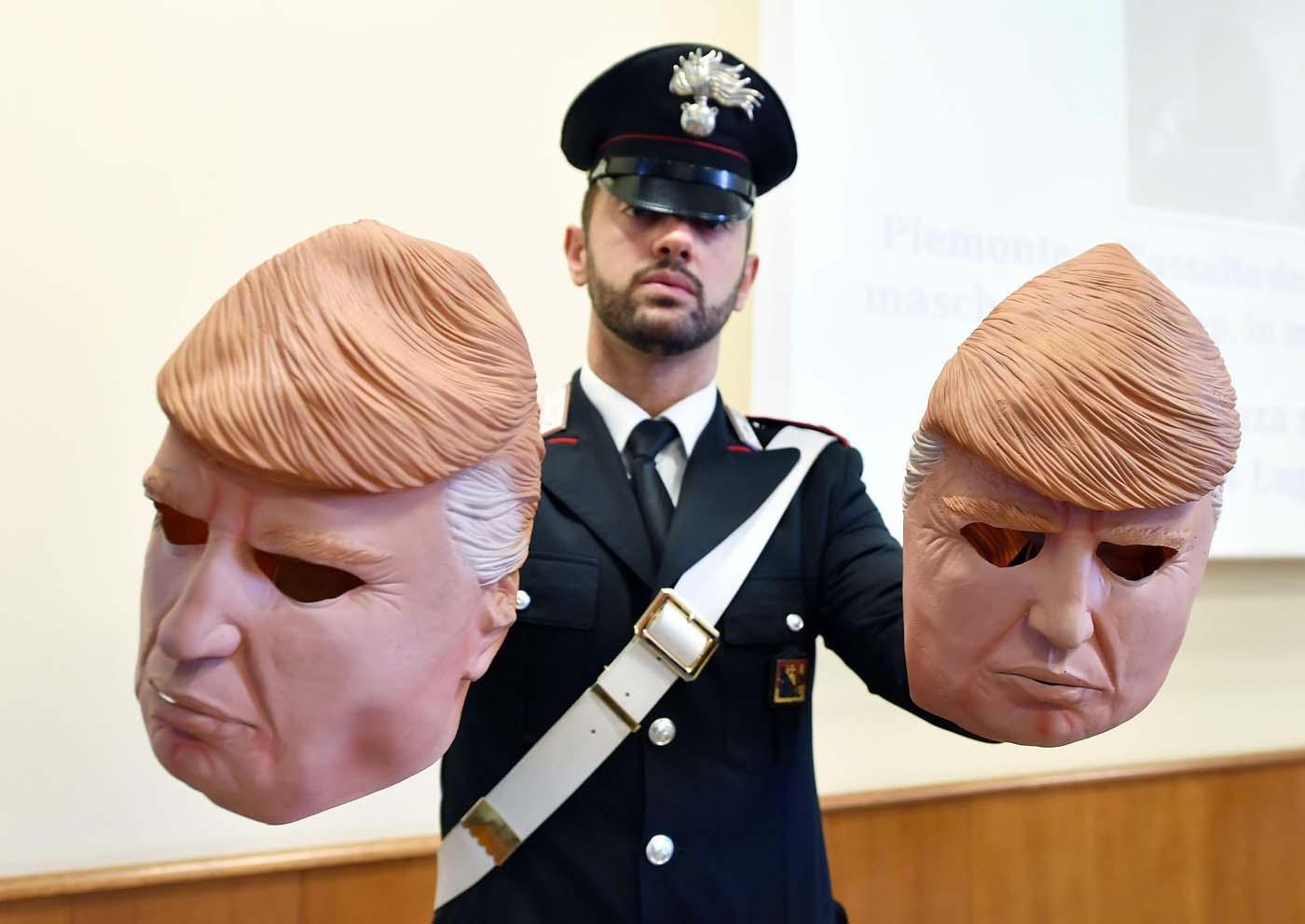 HAR02 TURÍN (ITALIA), 24/07/2017.- Un miembros de los Carabinari muestran unas máscaras con la imagen del presidente de Estados Unidos, Donald Trump, usadas por dos ladrones, durante una rueda de prensa en Turín, Italia, hoy, 24 de julio de 2017. Dos hermanos, Vittorio y Ivan Lafore, utilizaron las máscaras cuando trataban de robar en un cajero automático. Ambos fueron arrestados hoy en Turín. EFE/Alessandro Di Marco