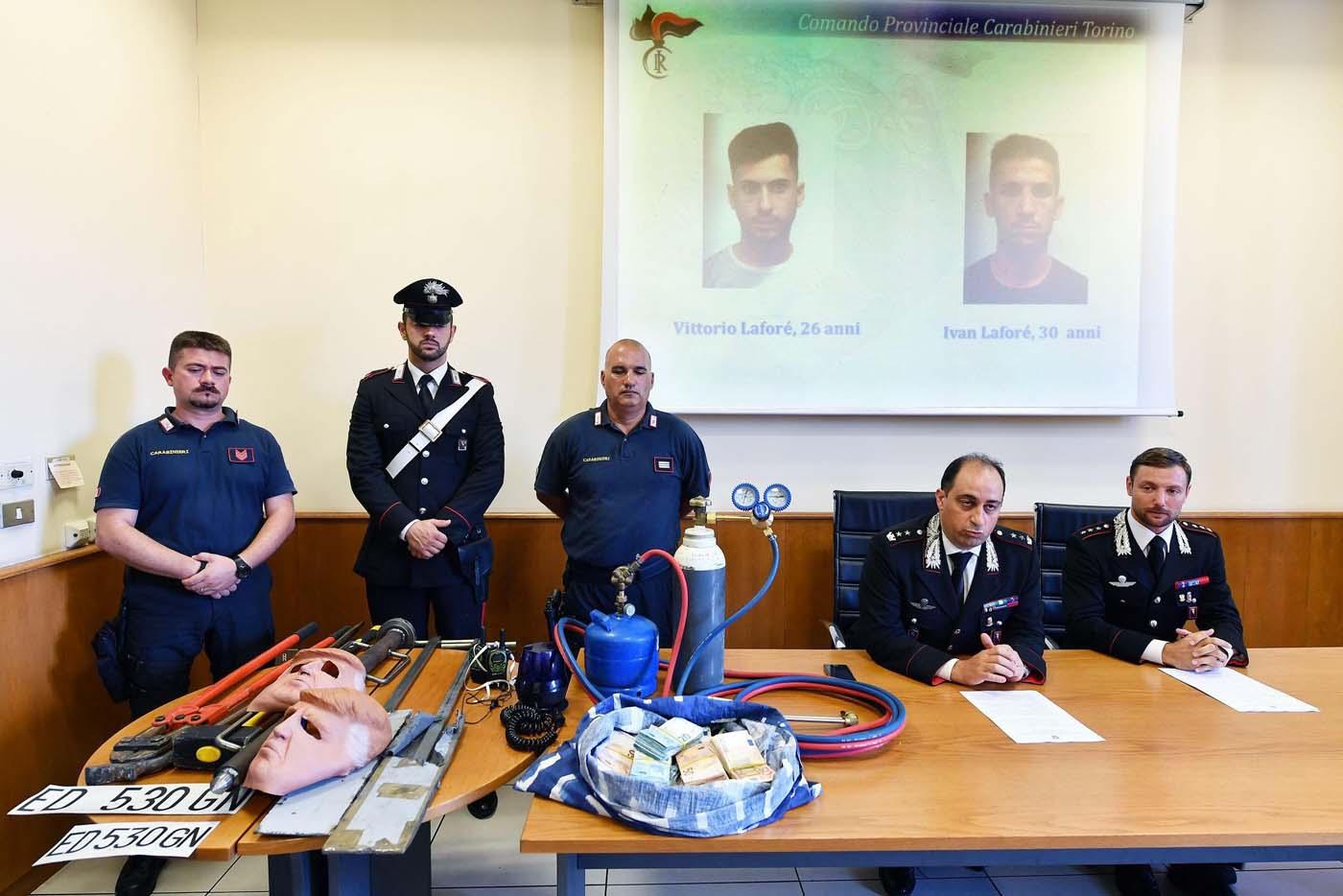 HAR07 TURÍN (ITALIA), 24/07/2017.- Miembros de los Carabinari muestran unas máscaras con la imagen del presidente de Estados Unidos, Donald Trump, usadas por dos ladrones, durante una rueda de prensa en Turín, Italia, hoy, 24 de julio de 2017. Dos hermanos, Vittorio y Ivan Lafore, utilizaron las máscaras cuando trataban de robar en un cajero automático. Ambos fueron arrestados hoy en Turín. EFE/Alessandro Di Marco