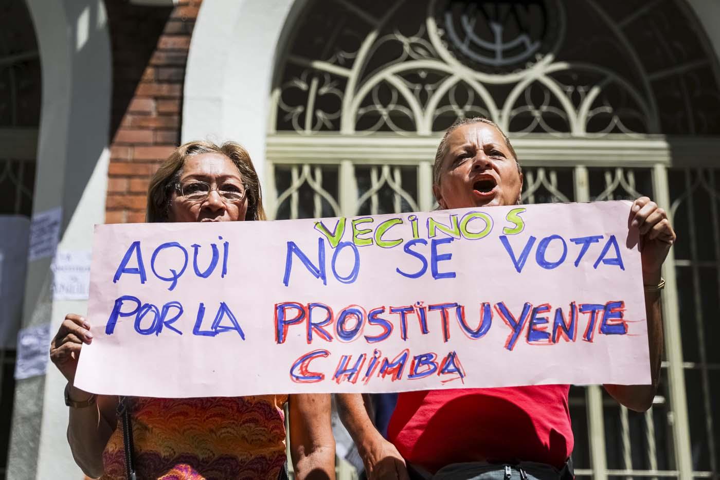 CAR05. CARACAS (VENEZUELA), 24/07/2017.- Dos mujeres se manifiestan en rechazo a la Asamblea Constituyente hoy, lunes 24 de julio de 2017, en un colegio electoral de Caracas (Venezuela). Venezuela inicia hoy la semana decisiva para la elección de la Asamblea Nacional Constituyente convocada por el presidente, Nicolás Maduro, con los oficialistas entrando en la recta final de su campaña en medio de protestas y llamados a paro de los opositores en rechazo a esos comicios. EFE/Miguel Gutiérrez