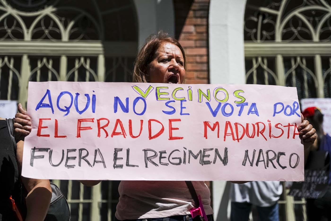 CAR07. CARACAS (VENEZUELA), 24/07/2017.- Una mujer se manifiesta en rechazo a la Asamblea Constituyente hoy, lunes 24 de julio de 2017, en un colegio electoral de Caracas (Venezuela). Venezuela inicia hoy la semana decisiva para la elección de la Asamblea Nacional Constituyente convocada por el presidente, Nicolás Maduro, con los oficialistas entrando en la recta final de su campaña en medio de protestas y llamados a paro de los opositores en rechazo a esos comicios. EFE/Miguel Gutiérrez