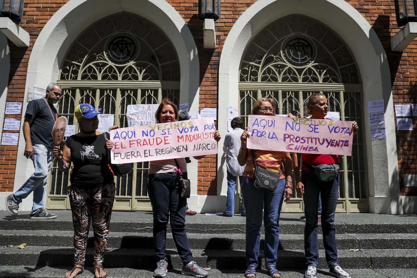CAR08. CARACAS (VENEZUELA), 24/07/2017.- Mujeres se manifiestan en rechazo a la Asamblea Constituyente hoy, lunes 24 de julio de 2017, en un colegio electoral de Caracas (Venezuela). Venezuela inicia hoy la semana decisiva para la elección de la Asamblea Nacional Constituyente convocada por el presidente, Nicolás Maduro, con los oficialistas entrando en la recta final de su campaña en medio de protestas y llamados a paro de los opositores en rechazo a esos comicios. EFE/Miguel Gutiérrez