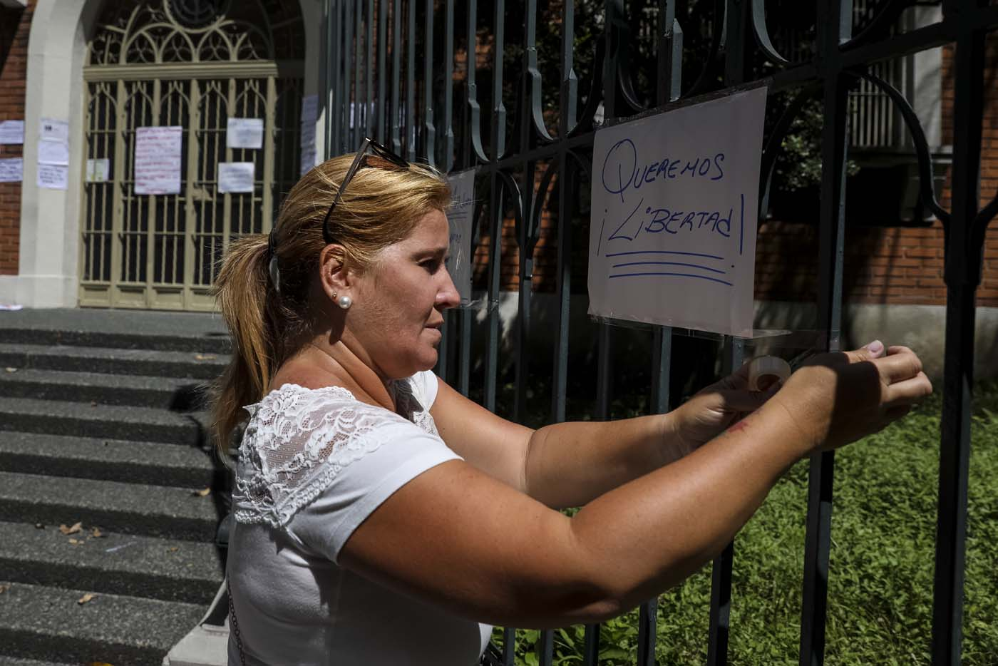 CAR14. CARACAS (VENEZUELA), 24/07/2017.- Manifestantes pegan carteles en rechazo a la Asamblea Constituyente hoy, lunes 24 de julio de 2017, en un colegio electoral de Caracas (Venezuela). Venezuela inicia hoy la semana decisiva para la elección de la Asamblea Nacional Constituyente convocada por el presidente, Nicolás Maduro, con los oficialistas entrando en la recta final de su campaña en medio de protestas y llamados a paro de los opositores en rechazo a esos comicios. EFE/Miguel Gutiérrez