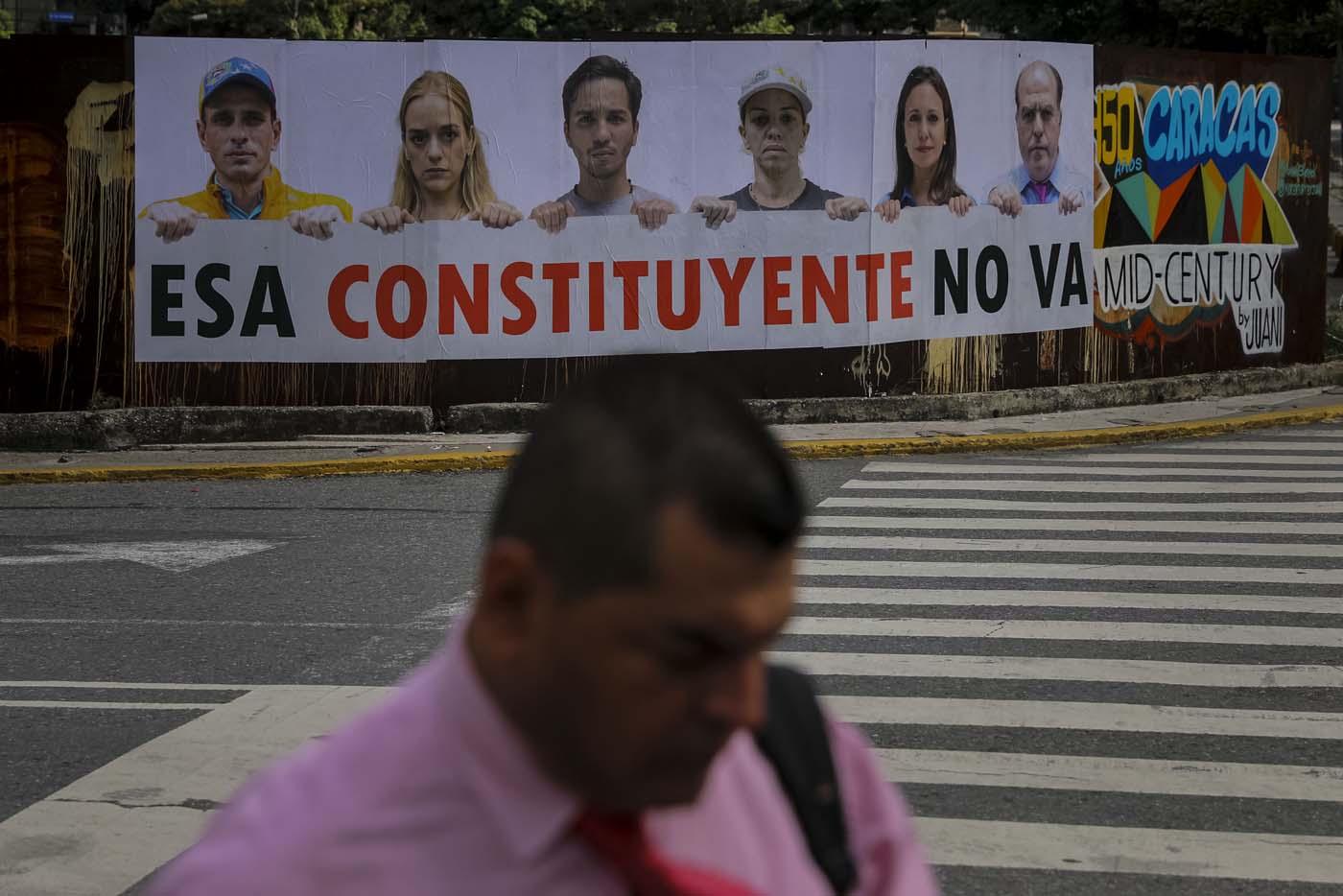 CAR15. CARACAS (VENEZUELA), 24/07/2017.- Fotografía de una valla en rechazo a la Asamblea Constituyente hoy, lunes 24 de julio de 2017, en un colegio electoral de Caracas (Venezuela). Venezuela inicia hoy la semana decisiva para la elección de la Asamblea Nacional Constituyente convocada por el presidente, Nicolás Maduro, con los oficialistas entrando en la recta final de su campaña en medio de protestas y llamados a paro de los opositores en rechazo a esos comicios. EFE/Miguel Gutiérrez