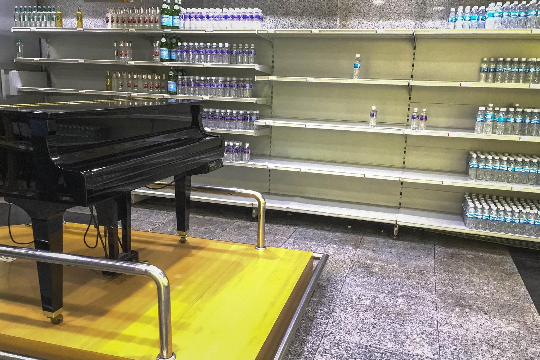 CAR24. CARACAS (VENEZUELA), 24/07/2017.- Personas buscan alimentos en un supermercado con estanterías parcialmente vacíos hoy, lunes 24 de julio de 2017, en Caracas (Venezuela). Numerosos supermercados de Caracas cerrarán hoy con más estanterías vacías de lo habitual después de que los habitantes de la capital hicieran acopio de alimentos y otros productos básicos ante el paro general contra el Gobierno que la oposición convocó para el miércoles y el jueves. EFE/MIGUEL GUTIÉRREZ
