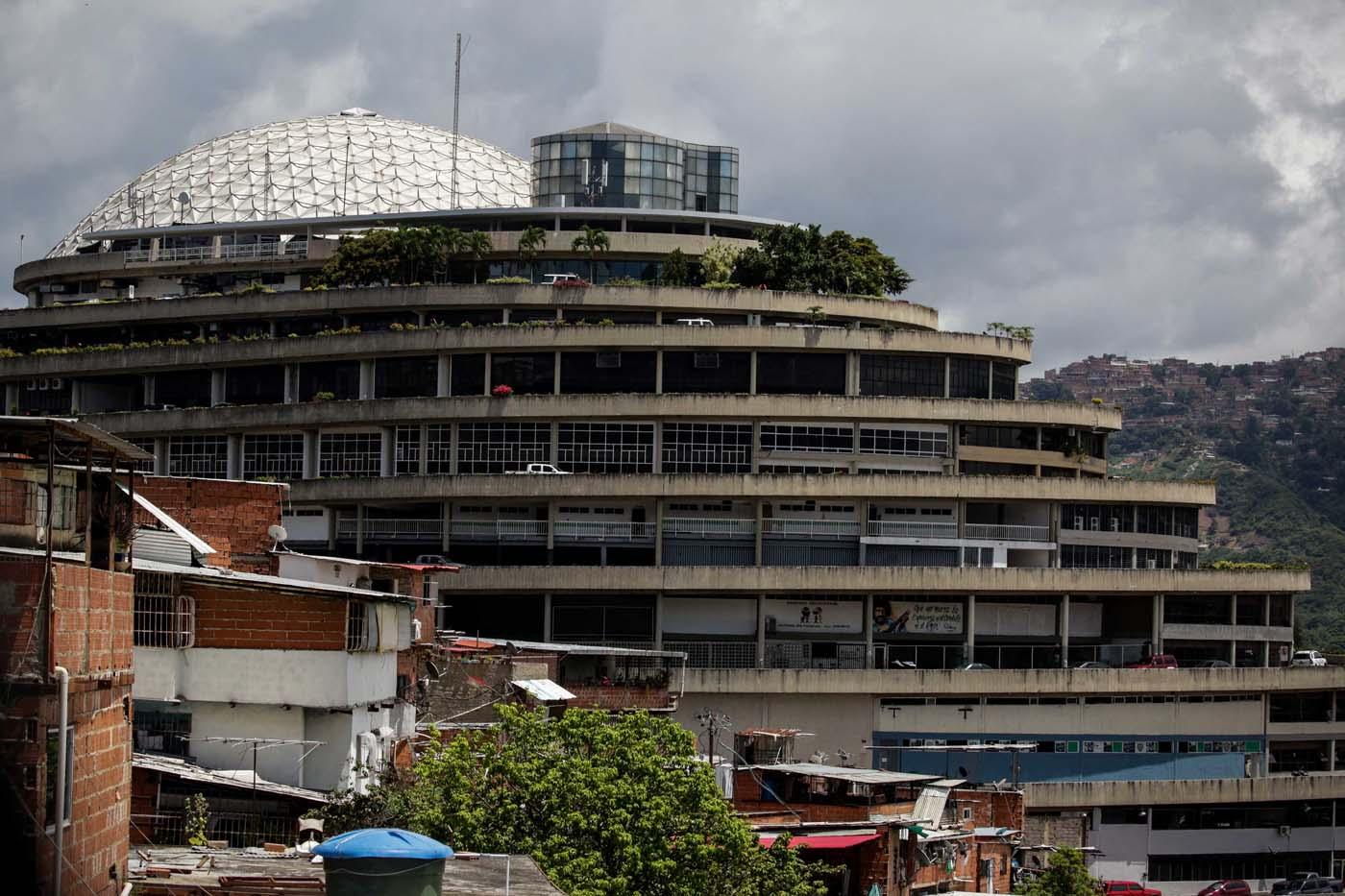 """ACOMPAÑA CRÓNICA: VENEZUELA CRISIS - CR01. CARACAS (VENEZUELA), 28/07/2017.- Fotografía del edificio """"El Helicoide"""", sede del Servicio Bolivariano de Inteligencia (Sebin) y lugar de detención de la mayor parte de los detenidos en protestas que siguen privados de libertad, y algunos de los casi 500 presos políticos hoy, viernes 28 de julio de 2017, en Caracas (Venezuela). Una media de 40 personas, en su mayoría estudiantes, han sido detenidas cada día en Venezuela por delitos como """"terrorismo"""" o """"insurrección"""" desde que empezara el 1 de abril la presente ola de protestas para exigir la renuncia del presidente Nicolás Maduro, en las que han muerto más de cien personas. EFE/CRÍSTIAN HERNÁNDEZ"""