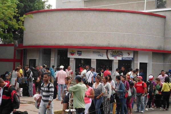 Pese al valor de la moneda venezolana en la frontera, miles de personas van a Colombia a comprar alimentos y medicinas. (Foto/JGH)