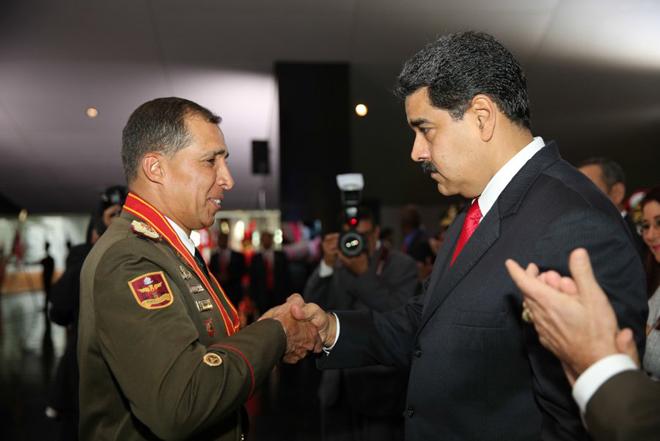 Maduro condecorando a Benavides Torres / Foto: @prensapresidencial