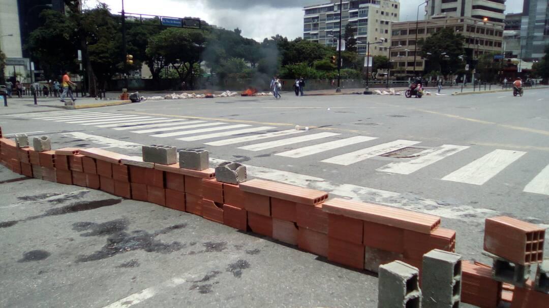 Muro de bloques colocado en la avenida Francisco de Miranda en Altamira / Foto: Unidad Venezuela