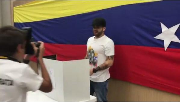 """EL cantante """"Nacho"""" participó en la consulta popular"""