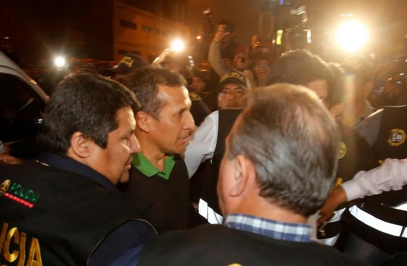 El expresidente peruano Ollanta Humala se entregó el jueves a la justicia que ordenó su prisión preventiva durante 18 meses acusado de lavado de activos, decisión que lo convirtió en el primer exgobernante de América Latina bajo arresto por su relación con los casos de corrupción de la brasileña Odebrecht. En la imagen, Humala escoltado por la policía a su llegada al Palacio de Justicia, donde será retenido antes de su traslado a una prisión en Lima, el 13 de julio de 2017. REUTERS/El Comercio