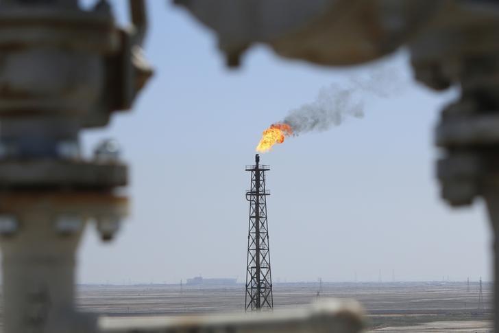 Foto de archivo: Gas se quema en la refinería de petróleo de al-Shuaiba en el suroeste de Basora, Irak, 20 de abril del 2017. El cumplimiento de la OPEP con un acuerdo de recortes a la producción cayó en junio a su nivel más bajo en seis meses, luego de que varios miembros bombearon mucho más crudo que lo permitido, lo que retrasaría el reequilibrio del mercado, dijo el jueves la Agencia Internacional de Energía (AIE). REUTERS/Essam Al-Sudani
