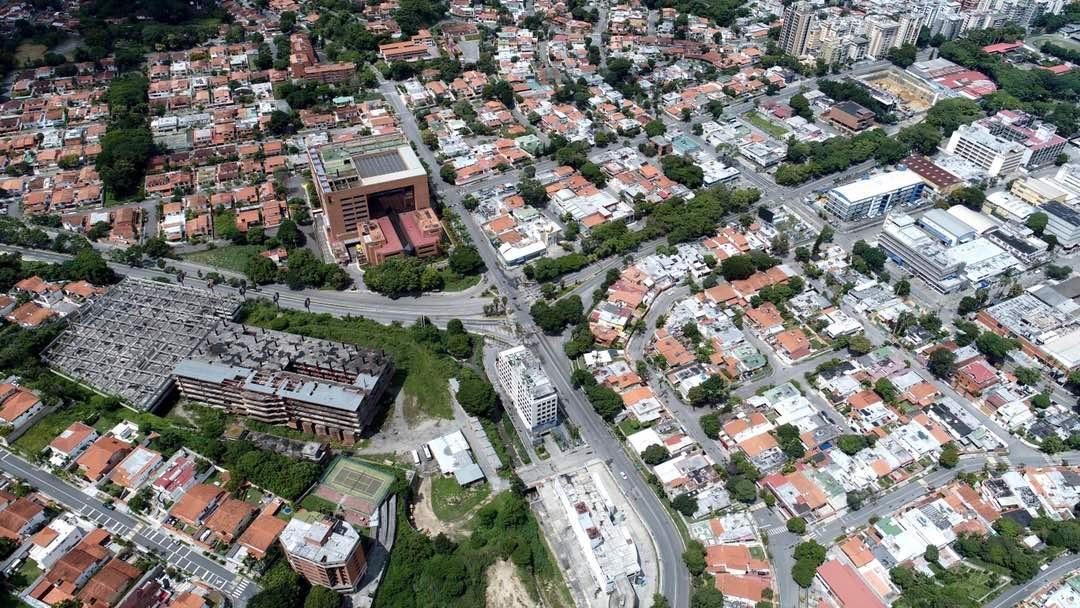 Vista aérea del semáforo de La Trinidad y edificio Procter & Gamble jueves 27 de julio de 2017 durante el paro nacional a las 12:30 pm