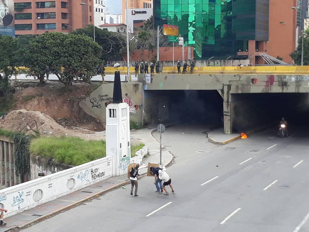 Manifestantes resistiendo a la represión de los cuerpos de seguridad del Estado / Foto: Esteninf Olivarez