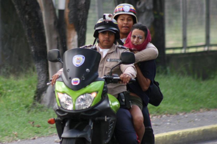 Los jóvenes fueron detenidos por un grupo civil armado que ingreso de forma violenta al Pedagógico de Maracay, la madrugada del pasado domingo. (foto @FEDGLOCK)