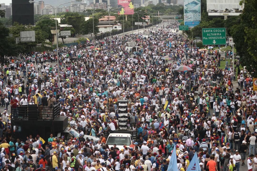 Miles colman la autopista a la altura de Los Ruices (Foto LaPatilla)