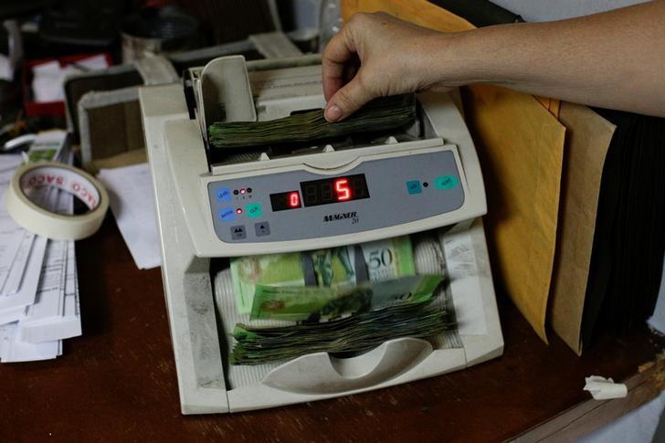 Máquina para contar billetes en una oficina, Caracas, Venezuela, 21 marzo 2017. REUTERS/Marco Bello