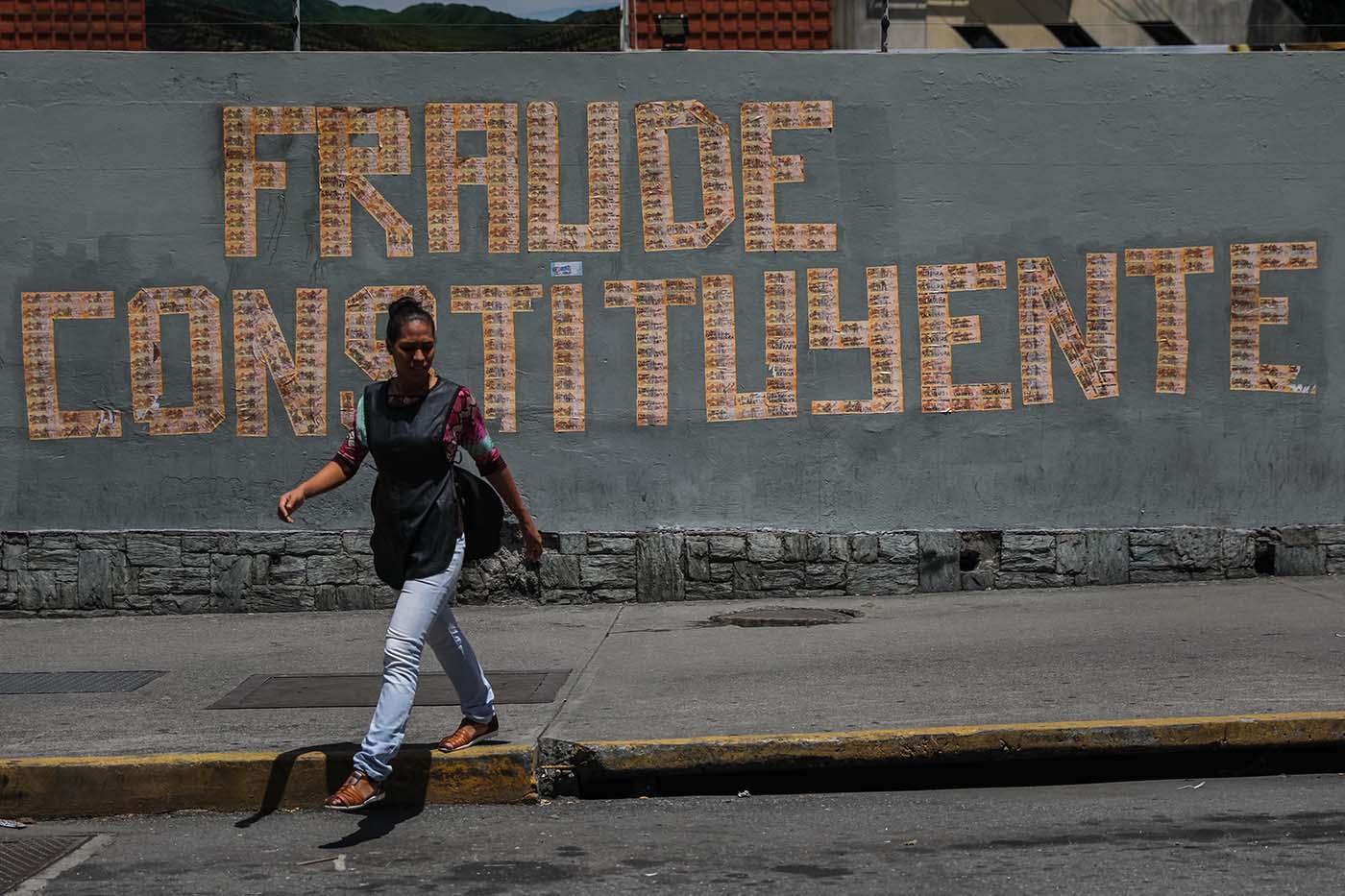 CAR18. CARACAS (VENEZUELA), 29/07/2017.- Fotografía de un mensaje que dice Fraude Constituyente escrito con billetes hoy, sábado 29 de julio de 2017, en Caracas (Venezuela). La tensión en Venezuela sube hoy de forma especial en la víspera de la votación del domingo, cuando se elegirá una Asamblea Nacional Constituyente (ANC), que redactará una nueva Carta Magna, en medio de estrictas medidas de seguridad y con el rechazo de la oposición y la comunidad internacional. Se espera que el Consejo Nacional Electoral (CNE) informe los últimos detalles sobre la instalación de centros de votación que ayer se había completado en 96 por ciento, según indicó la presidenta del organismo Tibisay Lucena. EFE/Miguel Gutiérrez