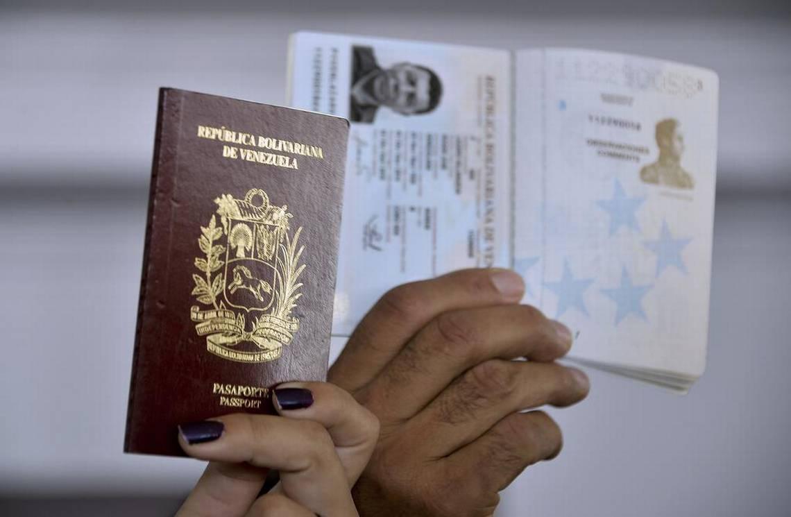 Venezuelanos muestran sus pasaportes durante una protesta en la ciudad de Panamá el 8 de abril de 2015. RAUL ARBOLEDA AFP/Getty Images