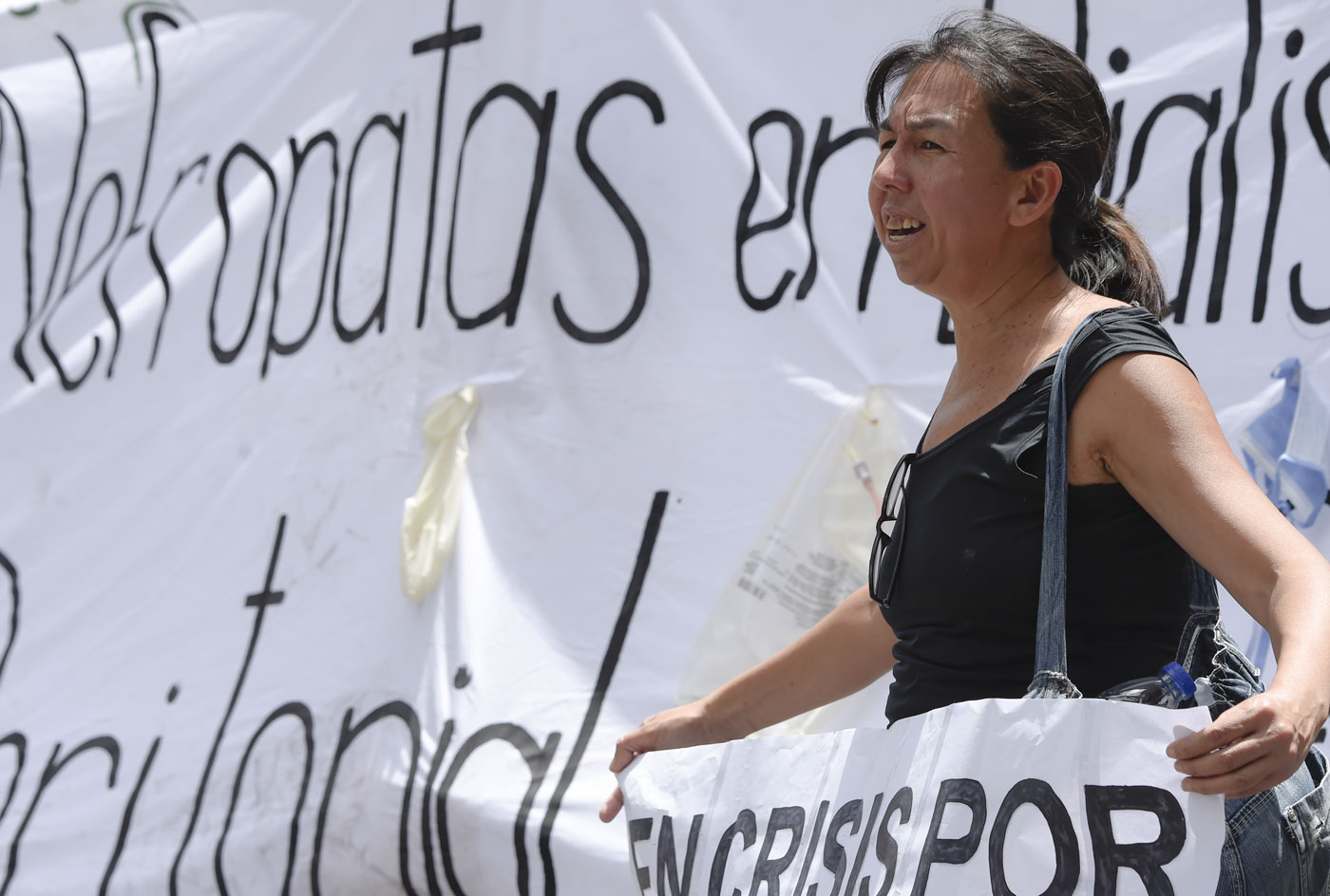 Una mujer protesta el miércoles frente a la sede del Seguro Social en Caracas. Los disturbios y protestas que ya pasan de 100 dias en Venezuela mantienen al país en ascuas sin que se vea una salida aceptable. Juan Barreto AFP