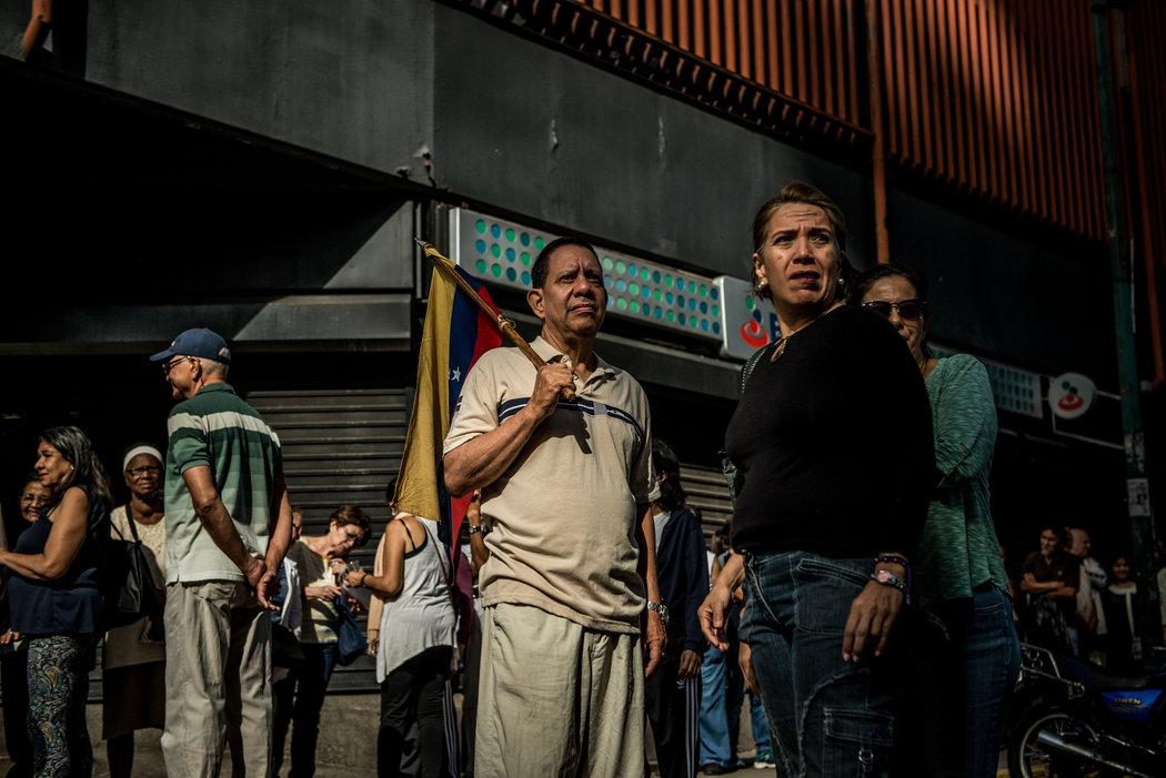Votantes en Caracas que participaron en una consulta convocada por la oposición en rechazo a la Asamblea Nacional Constituyente, el 16 de julio. Credit Meridith Kohut para The New York Times