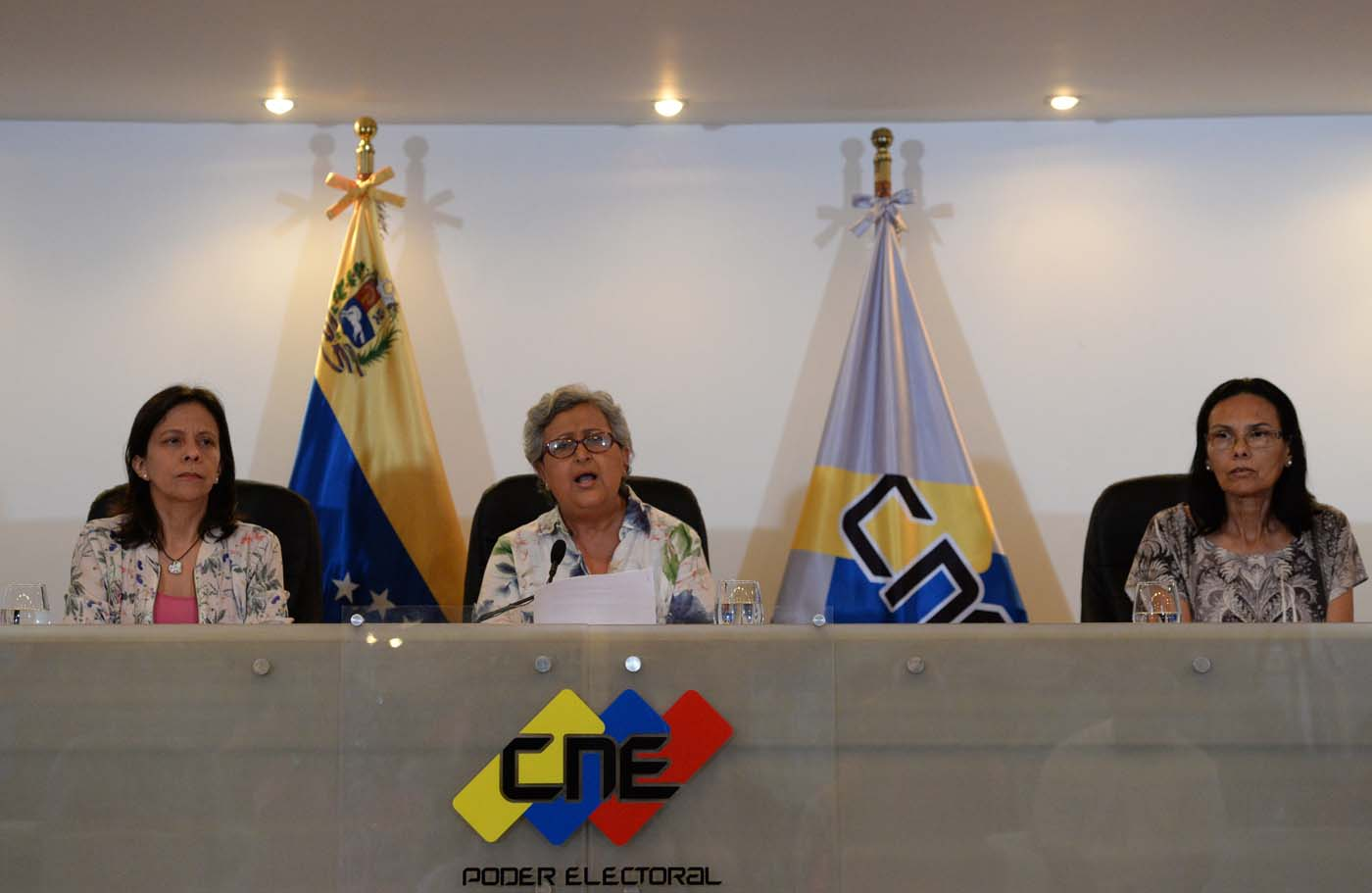 """The head of the National Electoral Council (CNE), Tibisay Lucena (C), offers a press conference in Caracas on August 2, 2017 during which she denied allegations that the turnout figure over Venezuela's new assembly was manipulated. The legitimacy of a powerful new assembly in Venezuela being sworn in on Wednesday was thrown further into question when the voting technology firm involved in its election said the turnout figure was """"manipulated."""" Lucena, an ally of Venezuelan President Nicolas Maduro, had said there had been """"extraordinary turnout"""" of more than eight million voters, 41.5 percent of the electorate. / AFP PHOTO / Federico PARRA"""