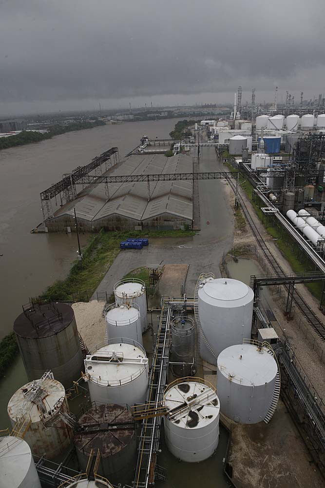 The refinery section of the Houston Ship Channel is seen as flood water rise on August 27, 2017 as Houston battles with tropical storm Harvey and resulting floods. / AFP PHOTO / Thomas B. Shea