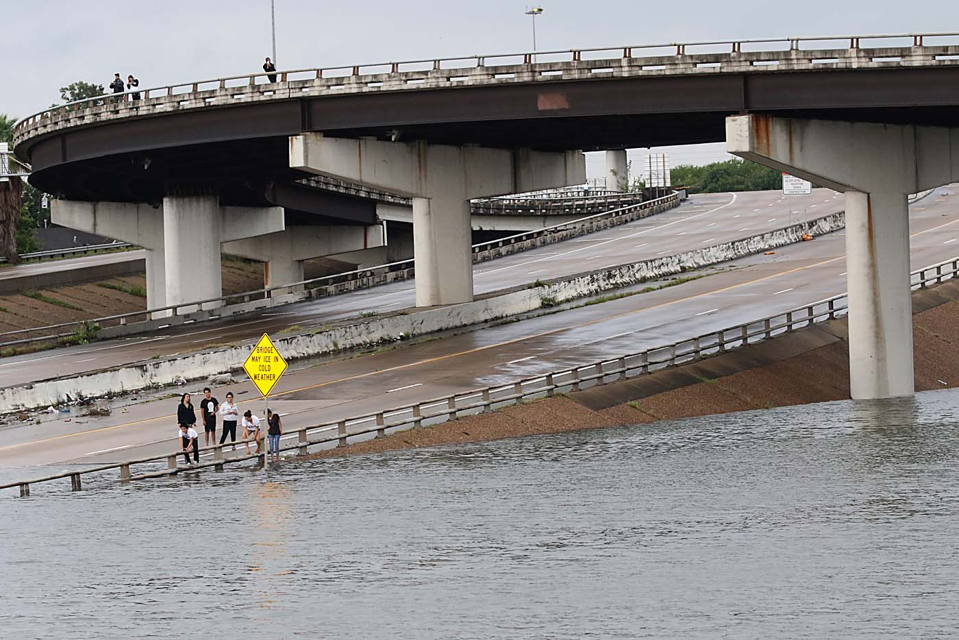 People view the flooded highways in Houston on August 27, 2017 as the city battles with tropical storm Harvey and resulting floods. Massive flooding unleashed by deadly monster storm Harvey left Houston -- the fourth-largest city in the United States -- increasingly isolated Sunday as its airports and highways shut down and residents fled homes waist-deep in water. / AFP PHOTO / Thomas B. Shea
