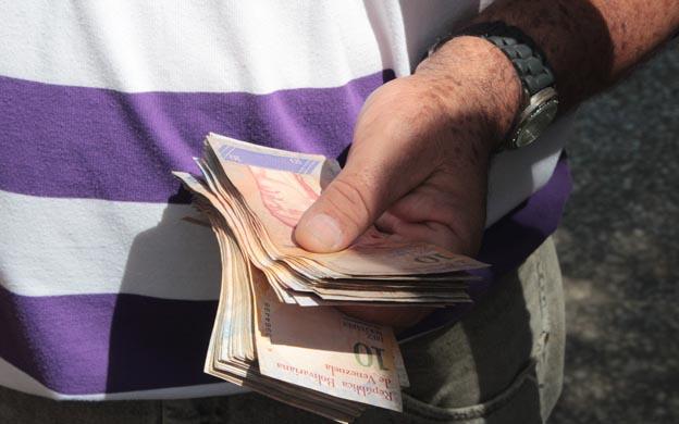 Maracaibo Venezuela 03/08/2017 Los billetes de 10 bolivares no son recibidos por los comerciantes en la ciudad pese a que el banco lo entrega para el pago de las pensiones