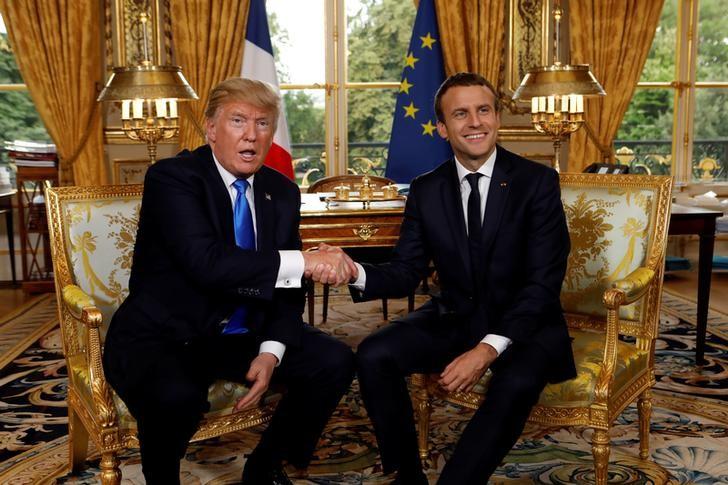 El presidente de Estados Unidos, Donald Trump (a la derecha en la imagen), saluda a su anfitrión y par francés, Emmanuel Macron, en el palacio del Elíseo en París, jul 13, 2017.    REUTERS/Kevin Lamarque