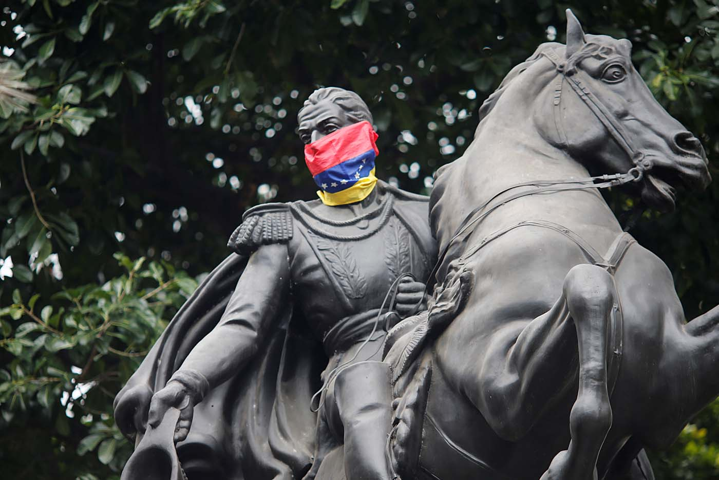 A Venezuelan flag is tied around the face of a statue of Venezuela's national hero Simon Bolivar in Bolivar Square of Chacao municipality in Caracas, Venezuela, August 5, 2017. REUTERS/Andres Martinez Casares