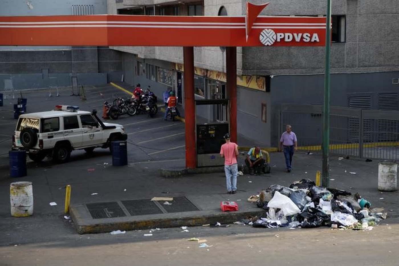 Foto de archivo. El logotipo corporativo de la petrolera estatal PDVSA se ve en una gasolinera en Caracas, Venezuela el 12 de abril de 2017. REUTERS/Marco Bello - RTS12R1K