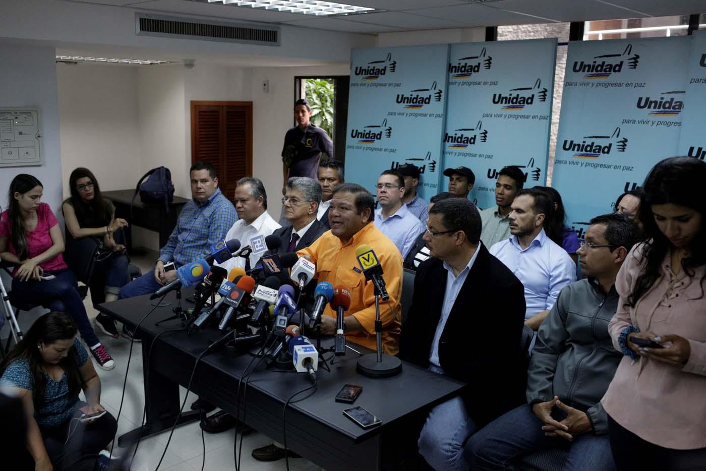 Andrés Velásquez (en el centro), político venezolano y miembro de la coalición de partidos opositores Mesa de la Unidad Democrática (MUD), habla durante una conferencia de prensa en Caracas, Venezuela, 9 de agosto de 2017. REUTERS/Marco Bello - RTS1B41G